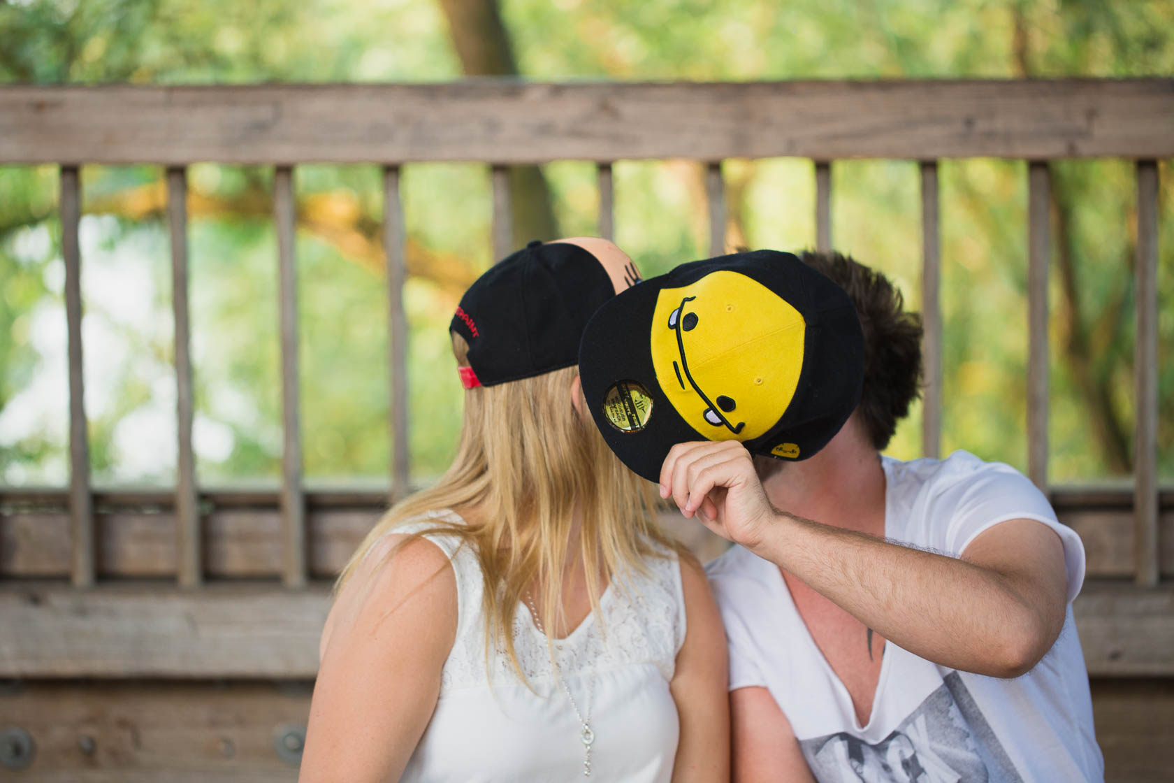 Paarfotoshooting mit Eileen und Christoph in Ketsch Basecap alte Rheinbrücke verdeckter Kuss