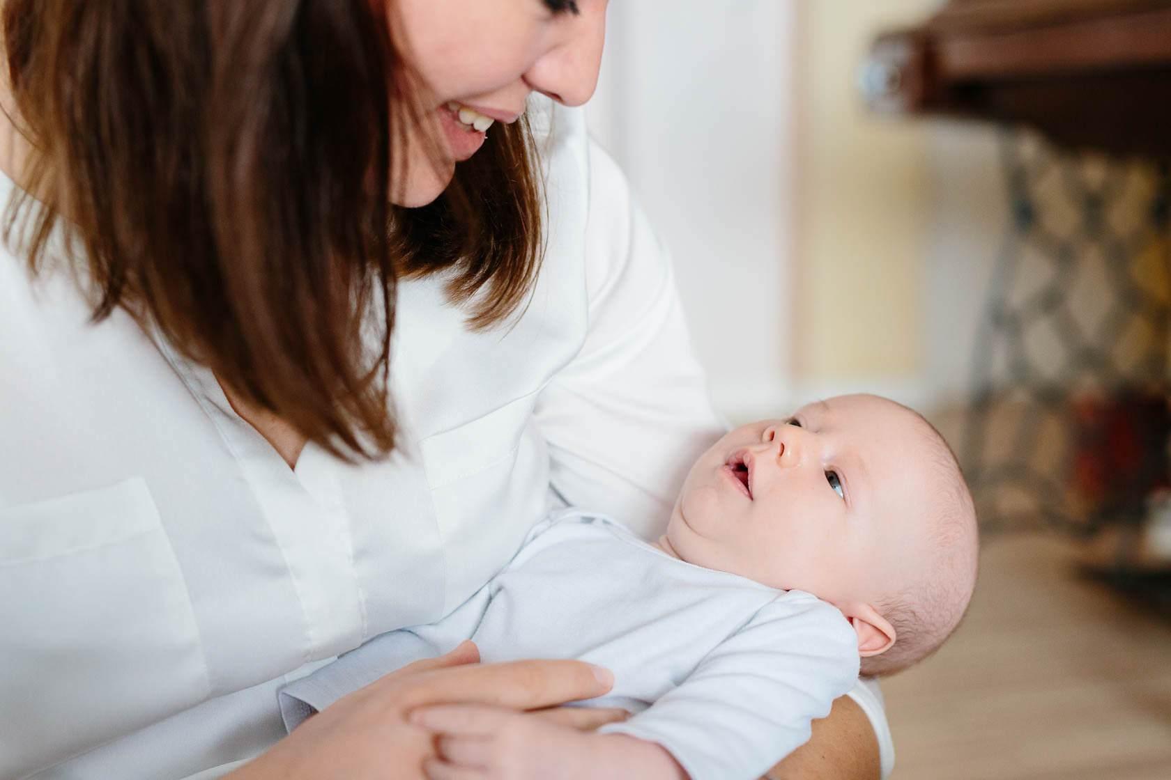Entspannte Familienfotos zu Hause. Neugeborenen Fotos zu Hause