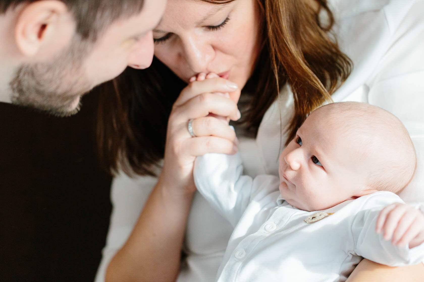 Entspannte Familienfotos zu Hause. Natürliche Familienfotos. Natzürliche Neugeborenen Fotos