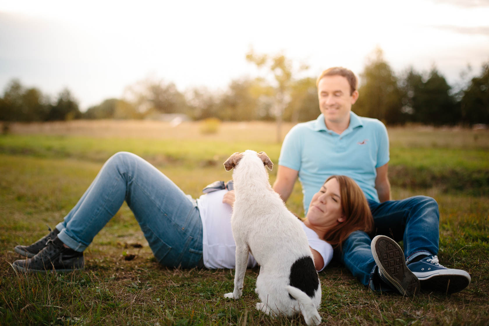 Entspanntes Paarshooting und Babybauch Shooting mit Hund im Sonnenuntergang
