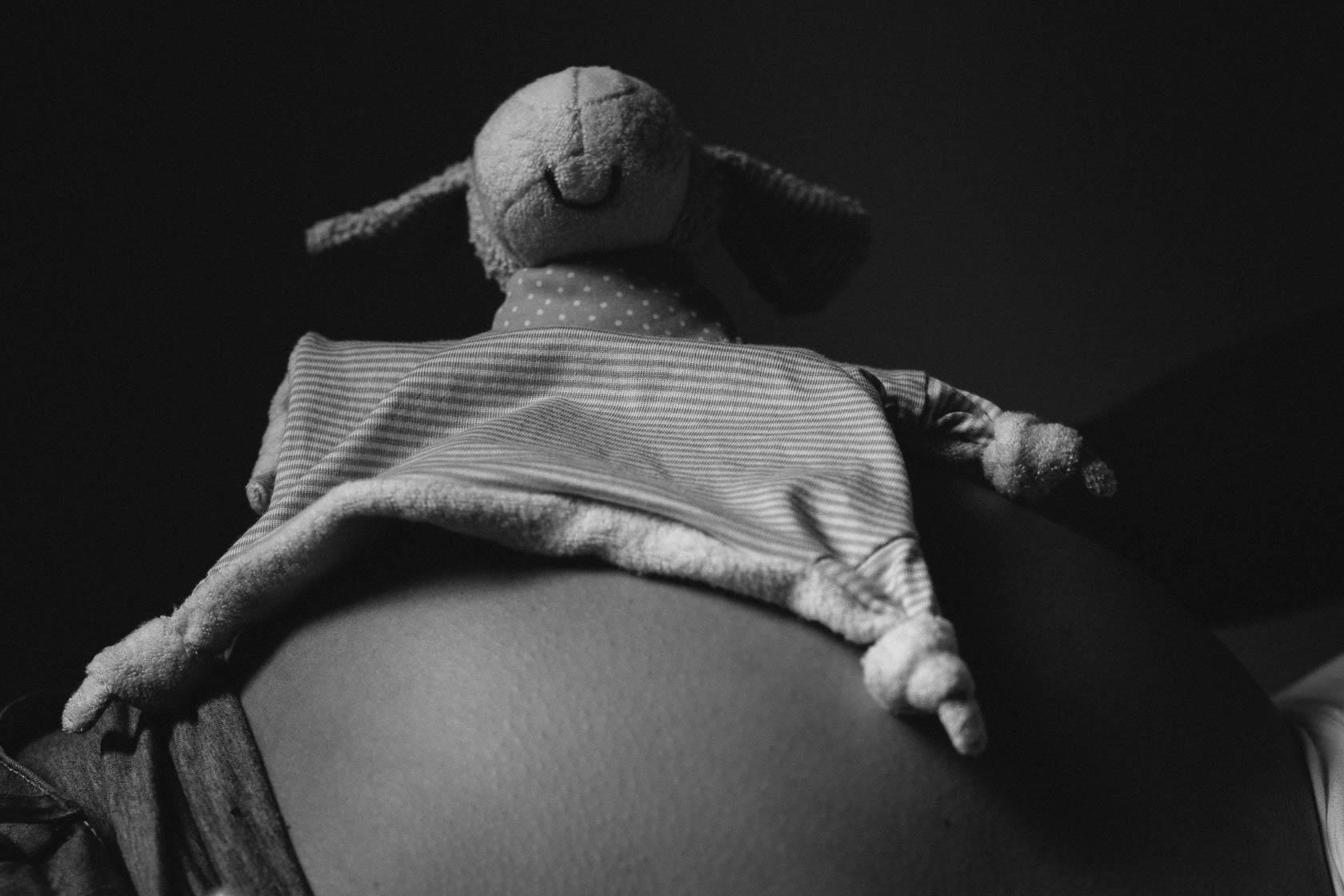 Lowkey Babybauchfotos in Schwarzweiss