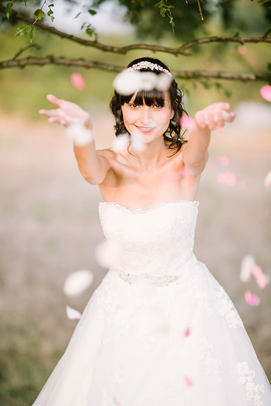 Styled Wedding Shoot Bridal Inspiration DIY und Pastell Brautportrait mit Rosenblättern