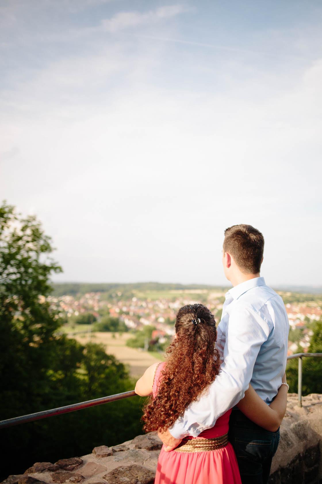 Engagement Fotoshooting von Laura und Viktor in Karlsbad Blick vom Turm der Barbara Kapelle