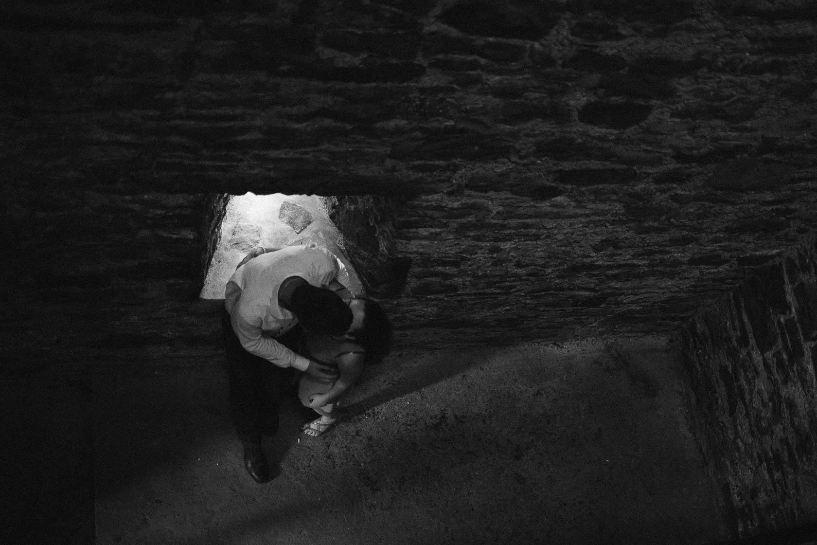 Engagement Fotoshooting von Laura und Viktor in Karlsbad in der Barbara Kapelle küssend von oben