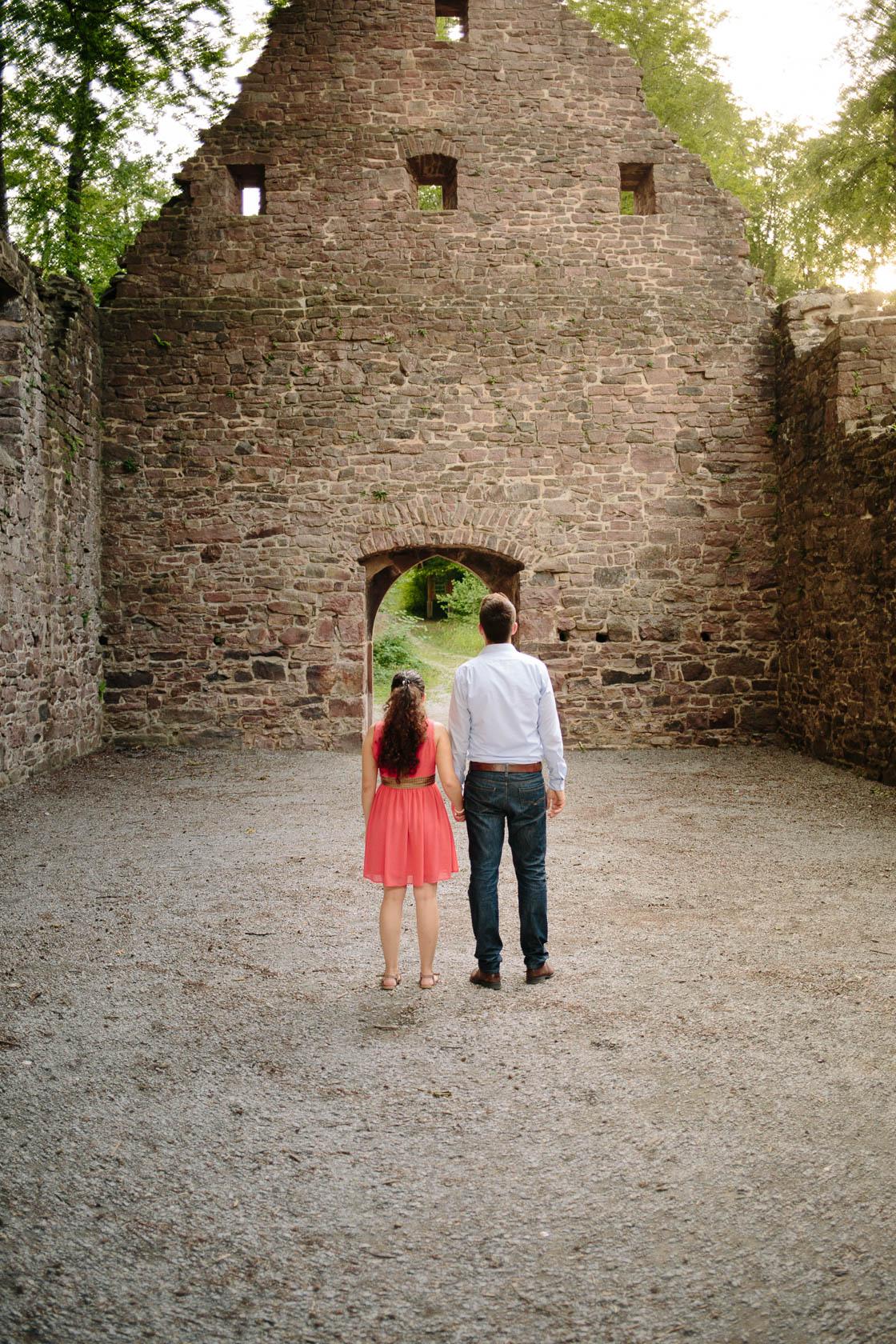 Engagement Fotoshooting von Laura und Viktor in Karlsbad in der Barbara Kapelle