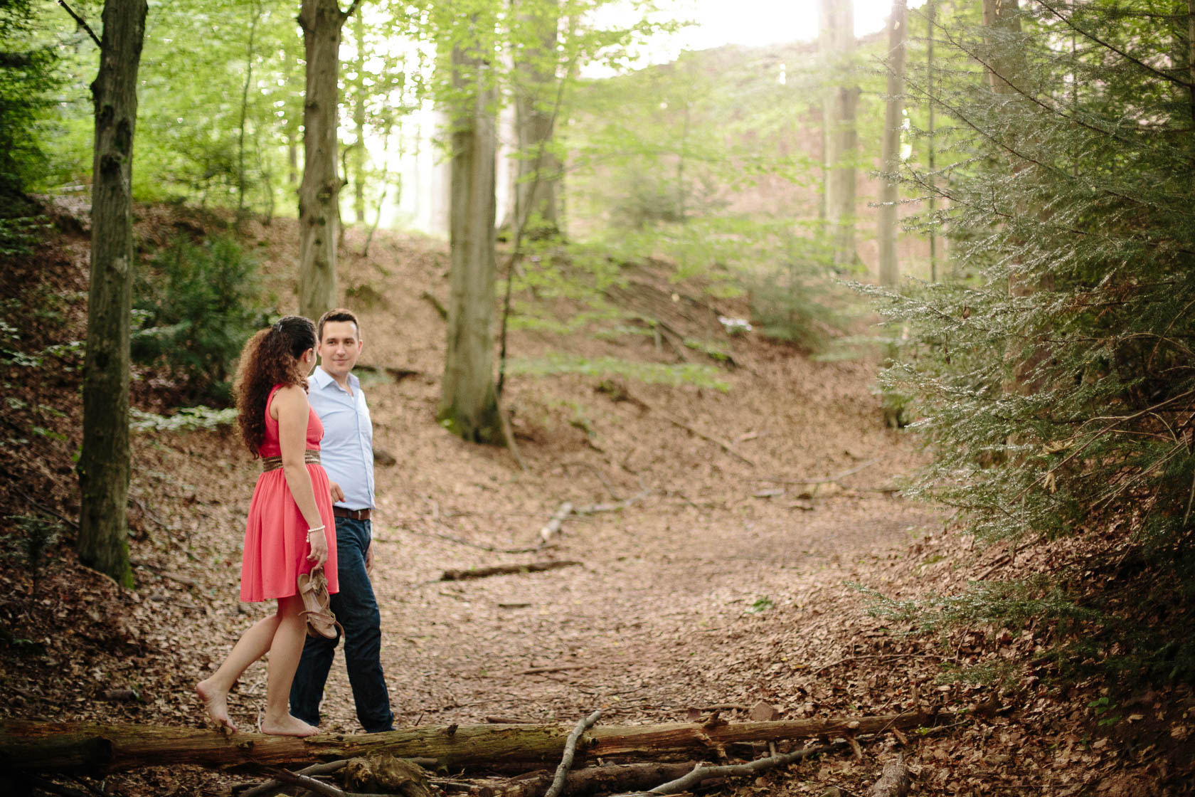 Engagement Fotoshooting von Laura und Viktor in Karlsbad im Wald balancierend Barbara Kapelle