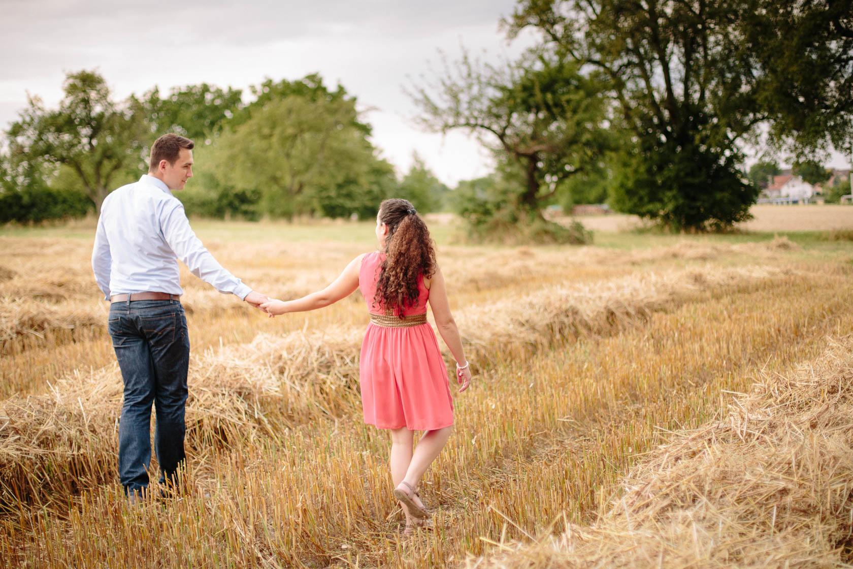 Engagement Fotoshooting von Laura und Viktor in Karlsbad gemähtest Kornfeld bei der Barbara Kapelle