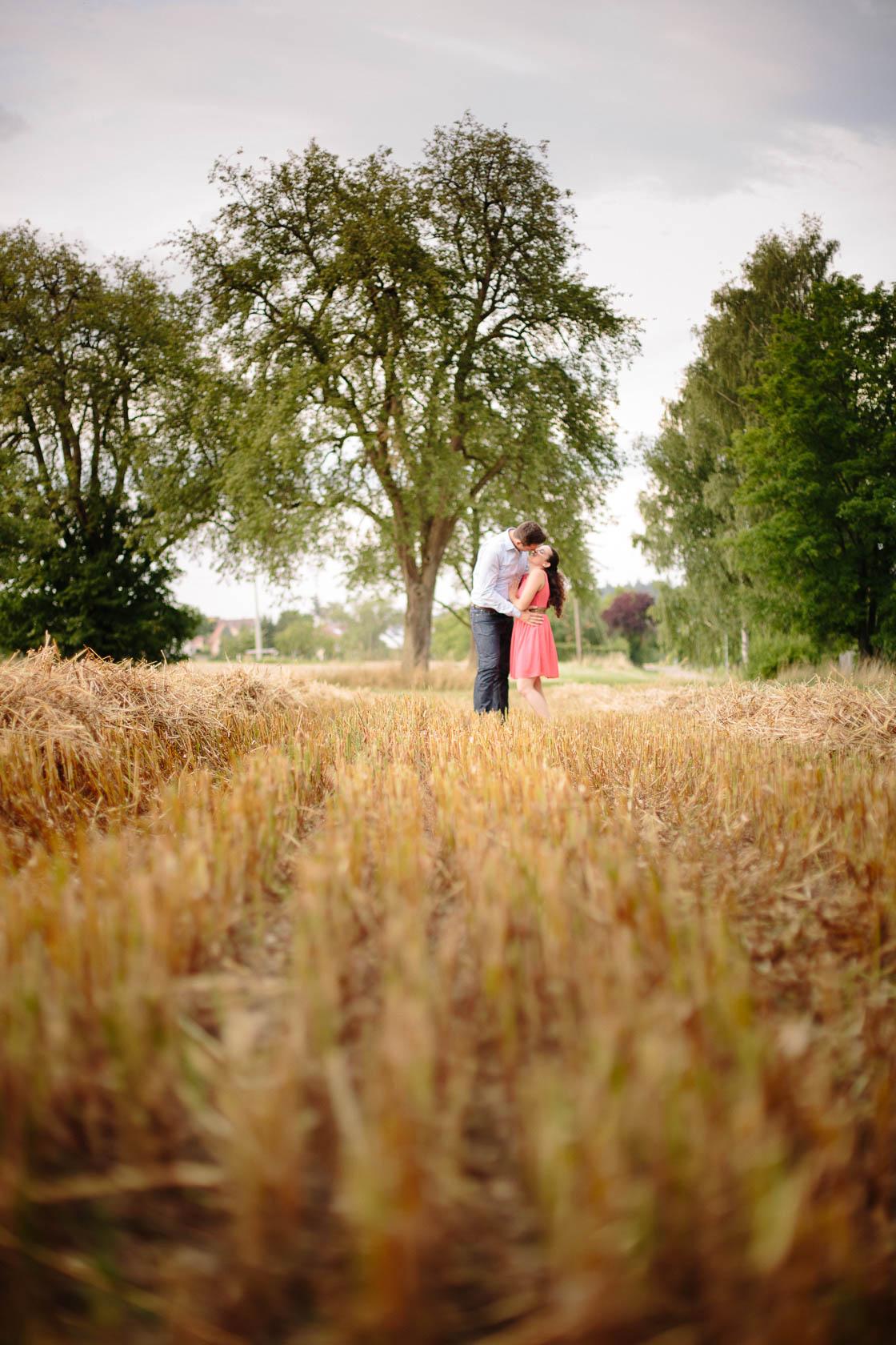 Engagement Fotoshooting von Laura und Viktor in Karlsbad Küssend im gemähten Kornfeld