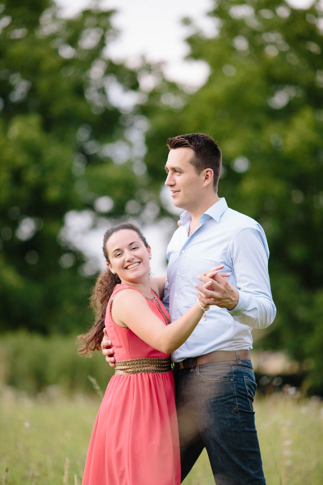 Engagement Fotoshooting von Laura und Viktor in Karlsbad Paarfoto tanzen tanzend