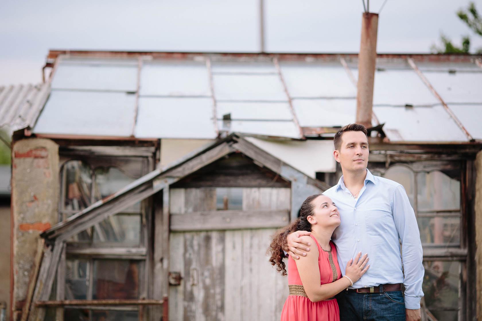 Engagement Fotoshooting von Laura und Viktor in Karlsbad Paarfoto vor altem Gewächshaus