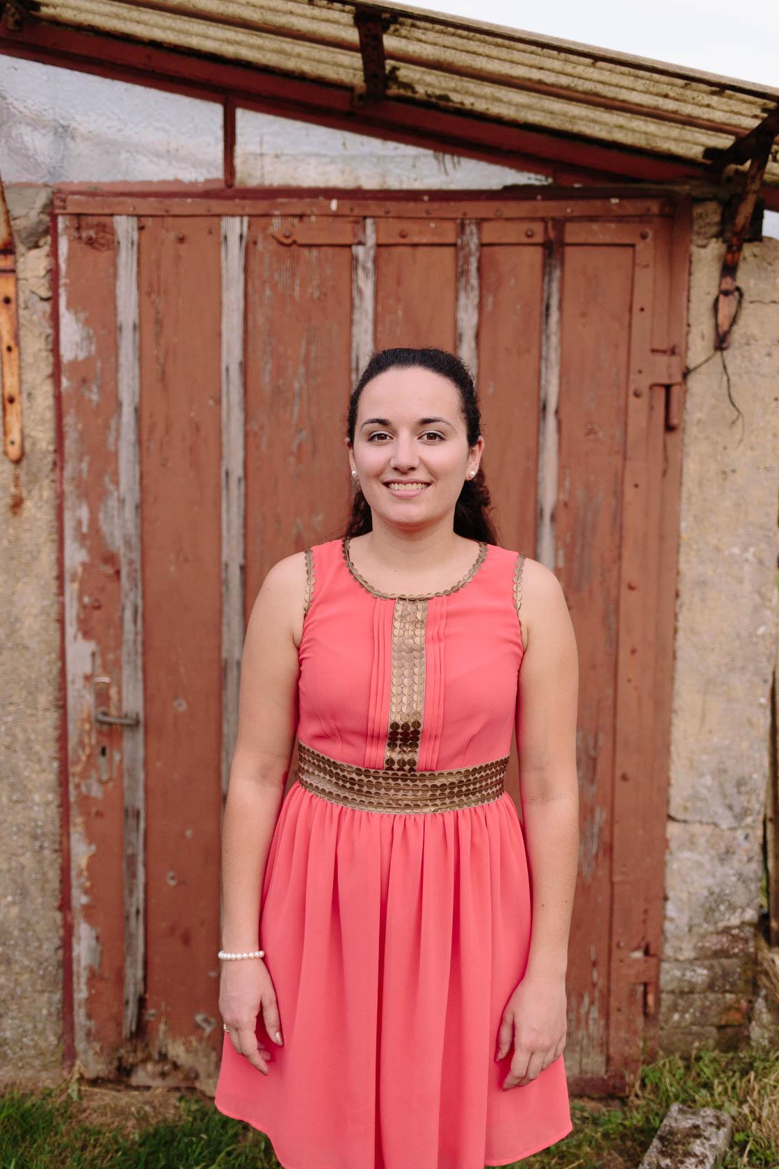 Engagement Fotoshooting von Laura und Viktor in Karlsbad einzelportrait Frau vor Holztür