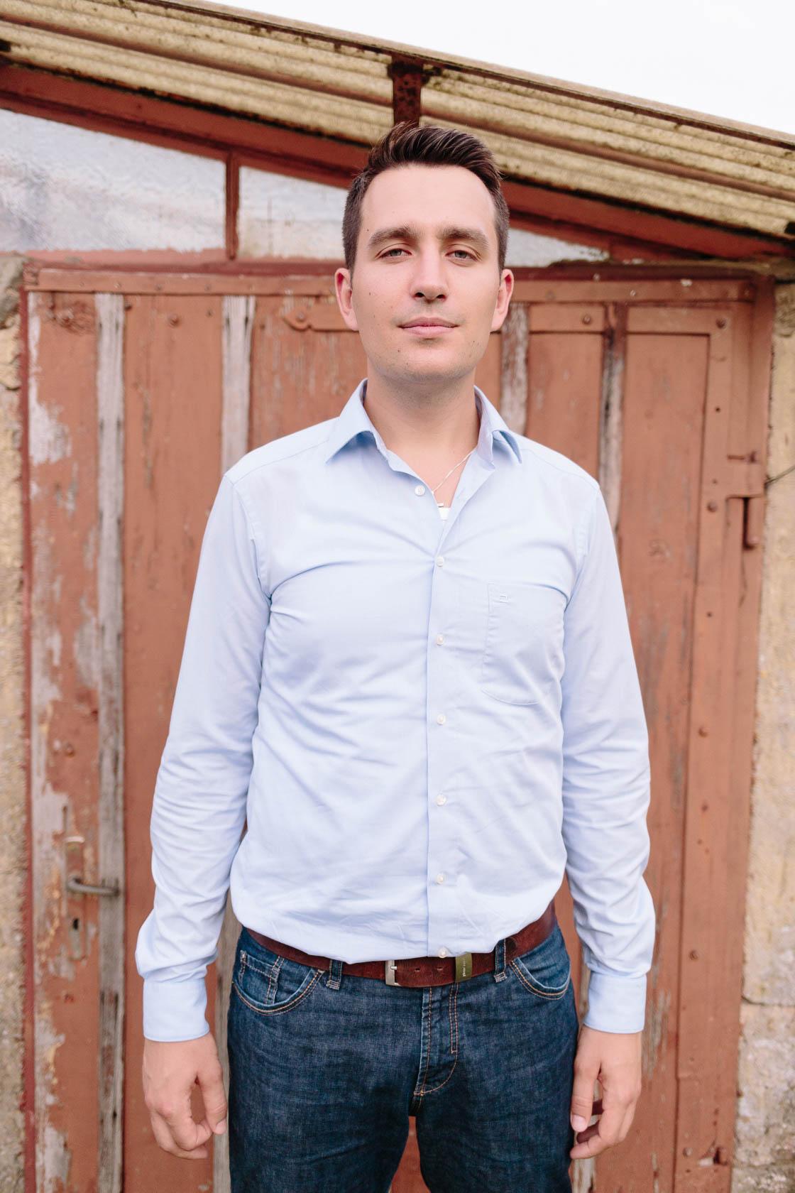 Engagement Fotoshooting von Laura und Viktor in Karlsbad Einzelportrait Mann vor Holztür
