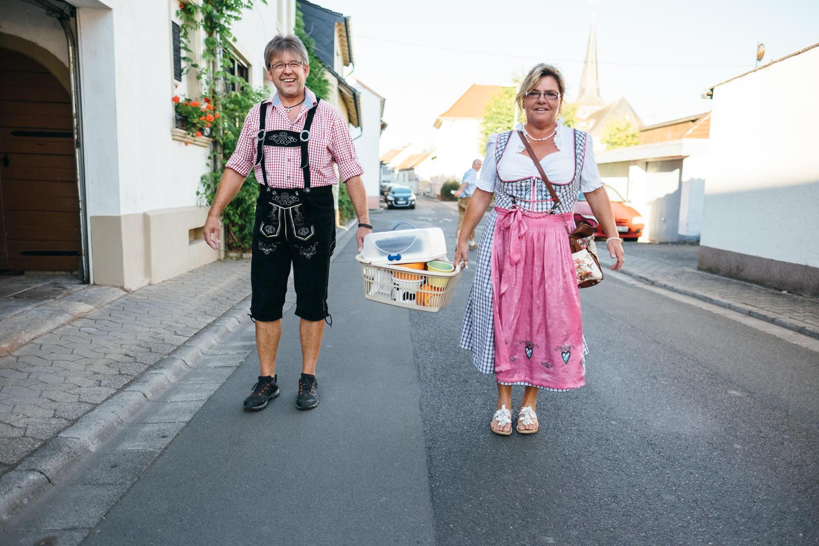 Bayrischer Polterabend in Norheim an der Nahe Alex und Jasmin Zerbrochenes Geschirr Scherben bringen Glück Hochzeit Wedding