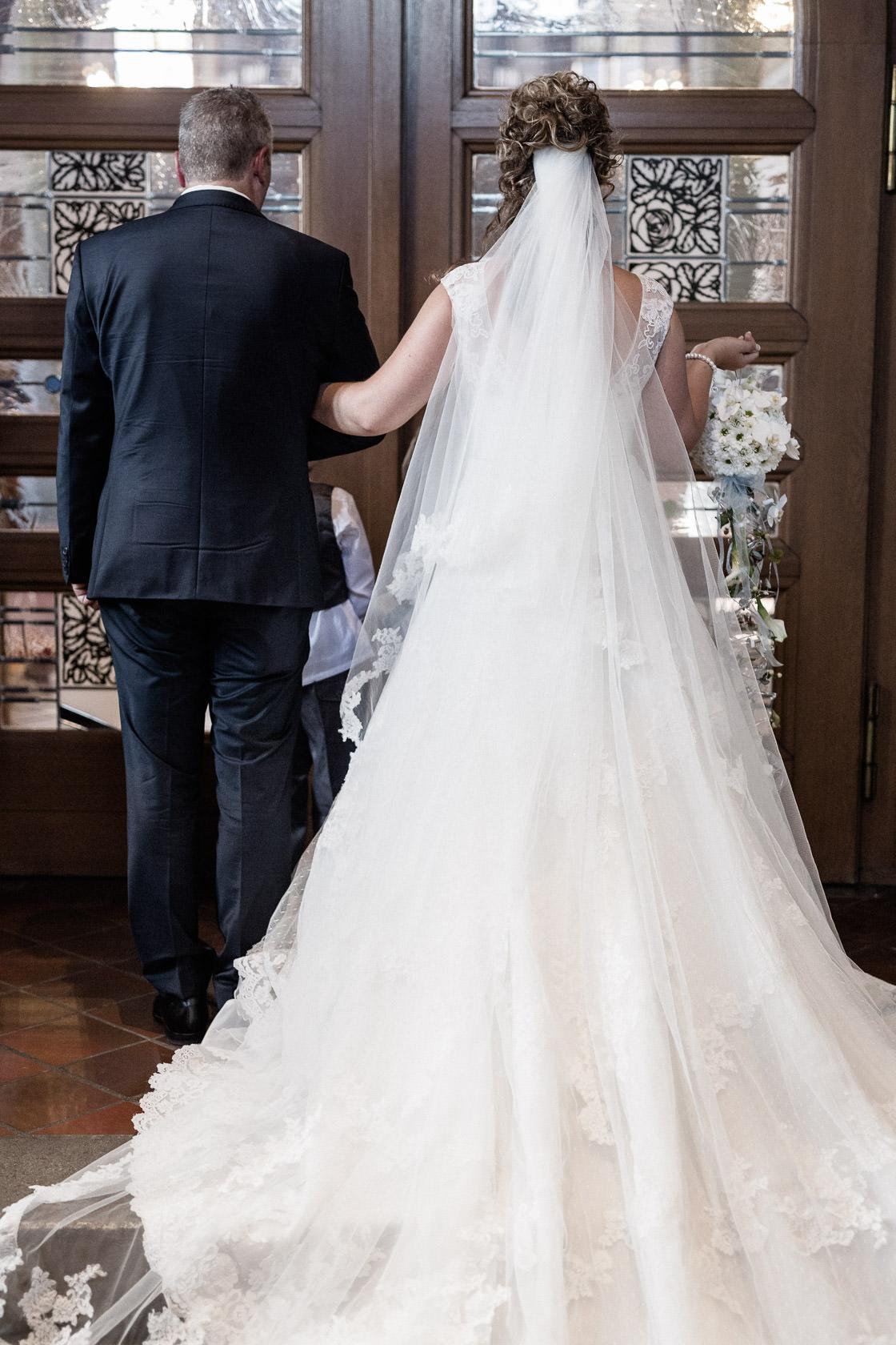 Blauweiße Hochzeit in Bad Kreuznach Die Braut wartet vor der Kirche