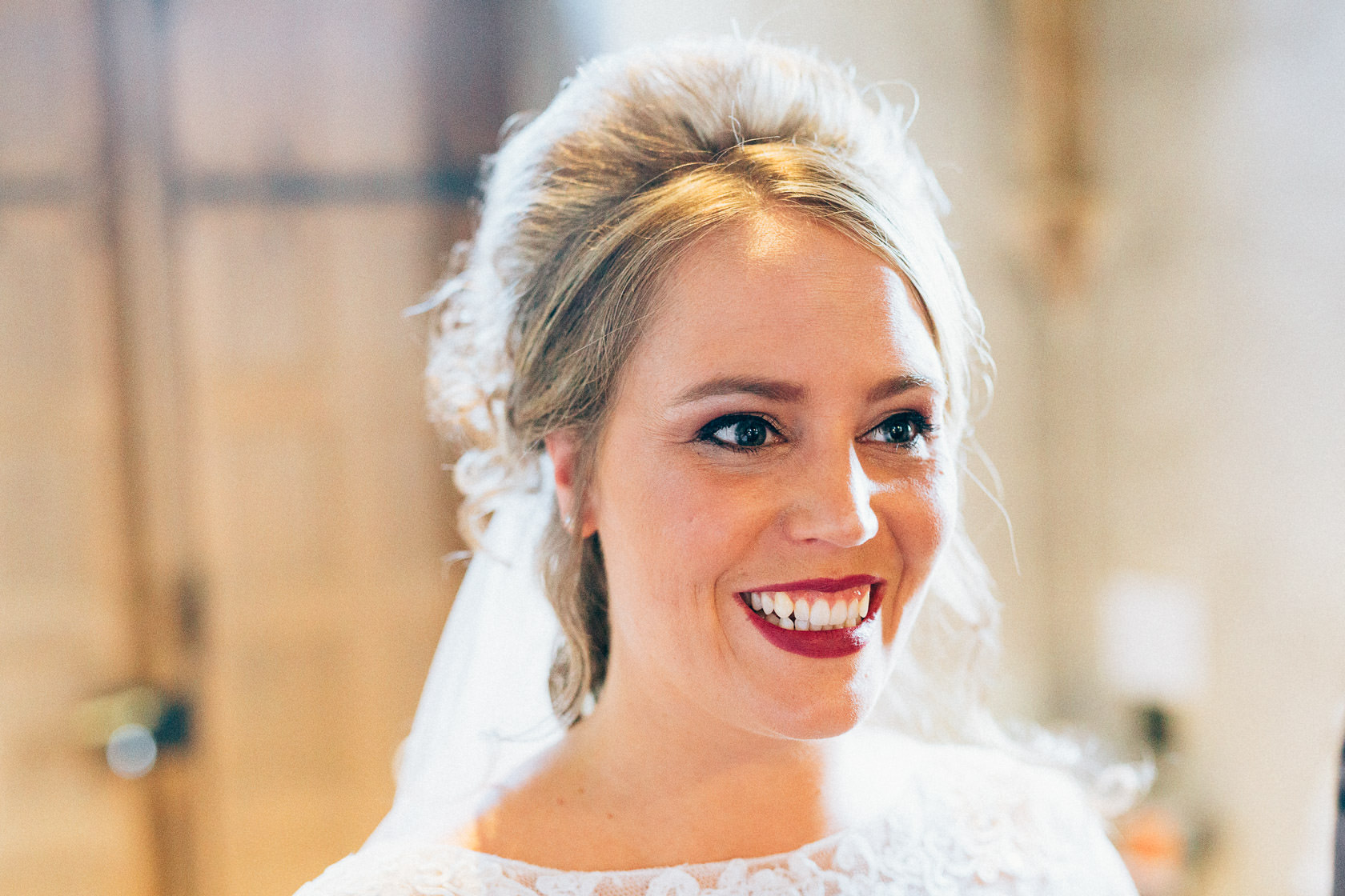 Blauweiße Hochzeit in Bad Kreuznach Strahlende Braut Portrait
