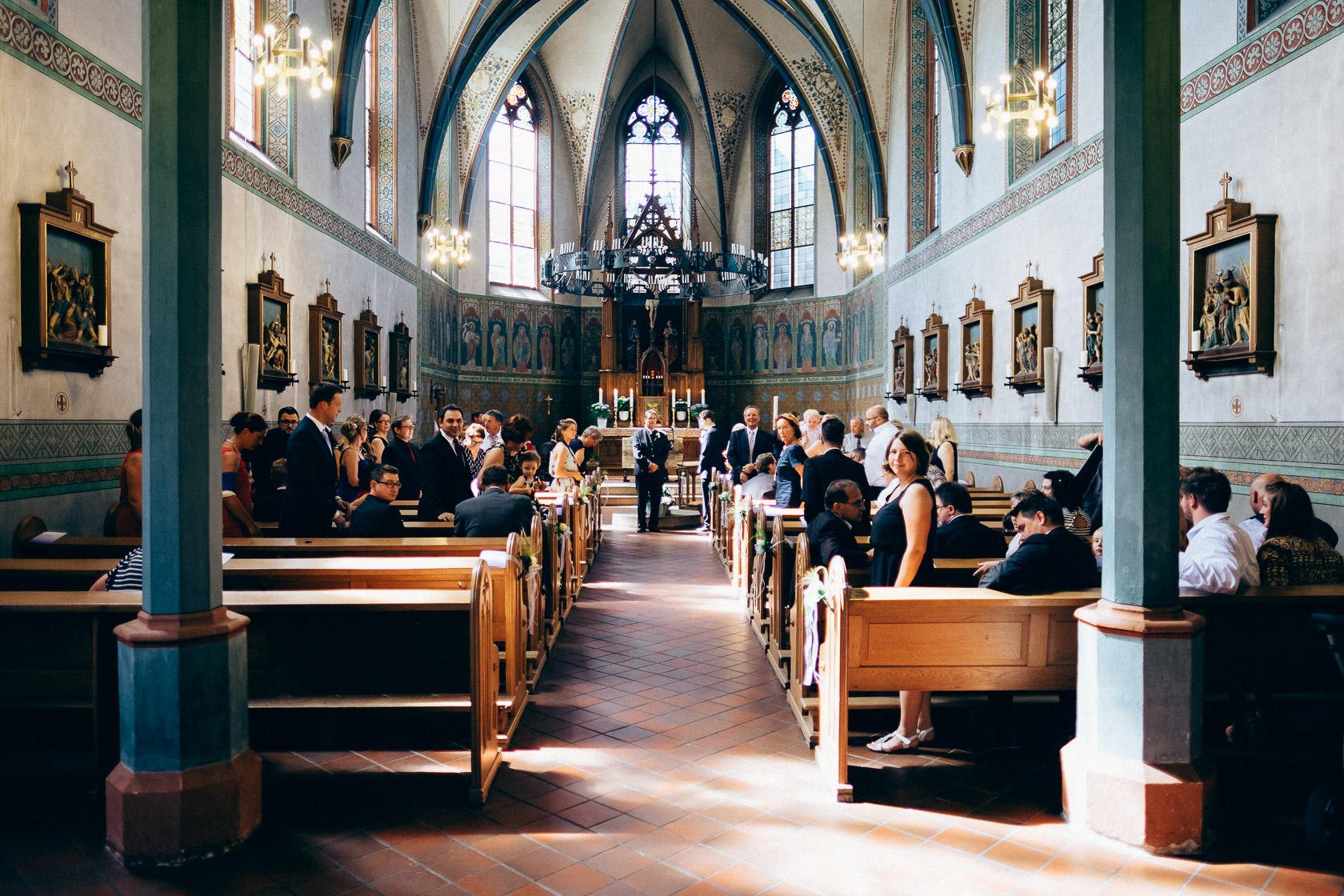 Blauweiße Hochzeit in Bad Kreuznach Gäste warten auf die Braut, Einzug der Braut in die Kirche