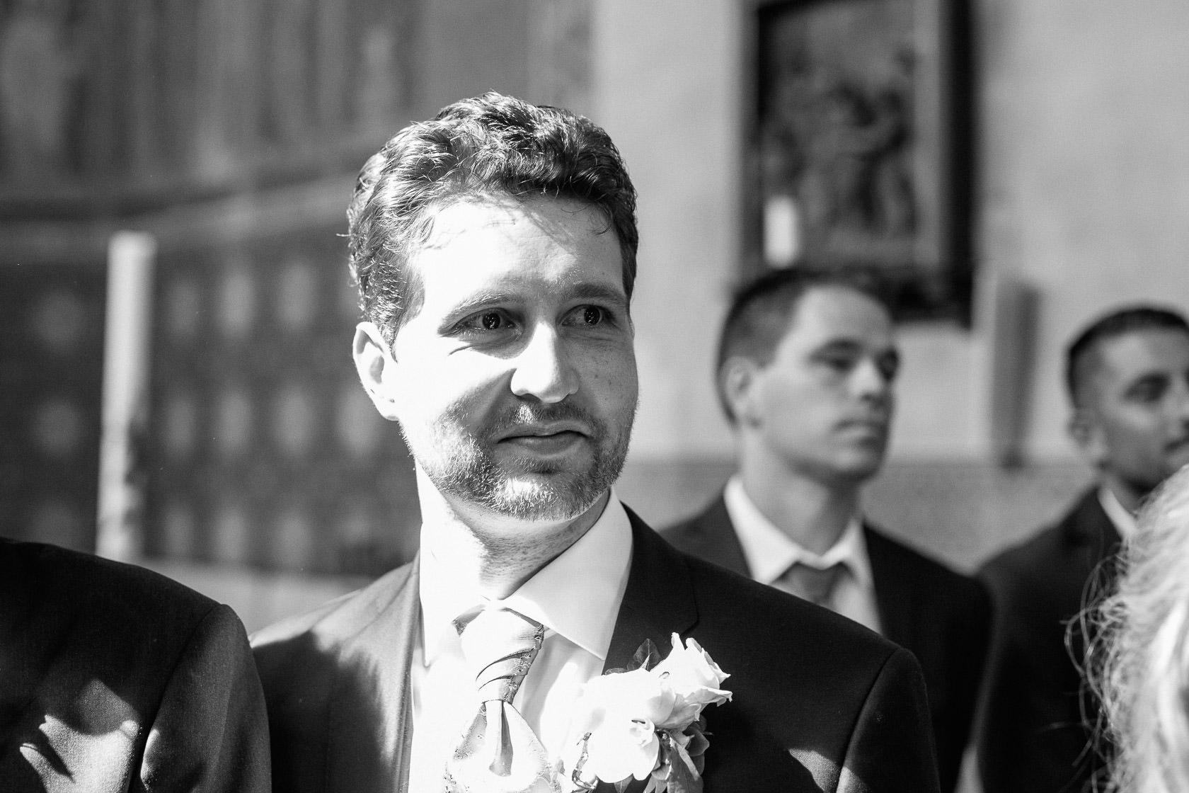 Blauweiße Hochzeit in Bad Kreuznach Gäste warten auf die Braut, Einzug der Braut in die Kirche. Bräutigam First Look
