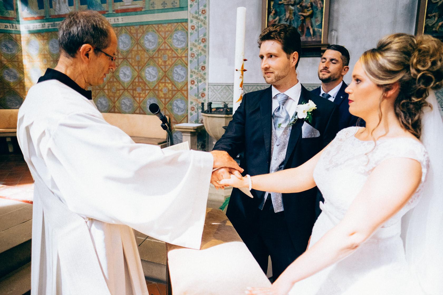 Blauweiße Hochzeit in Bad Kreuznach Segnung der Ringe und Ringübergabe