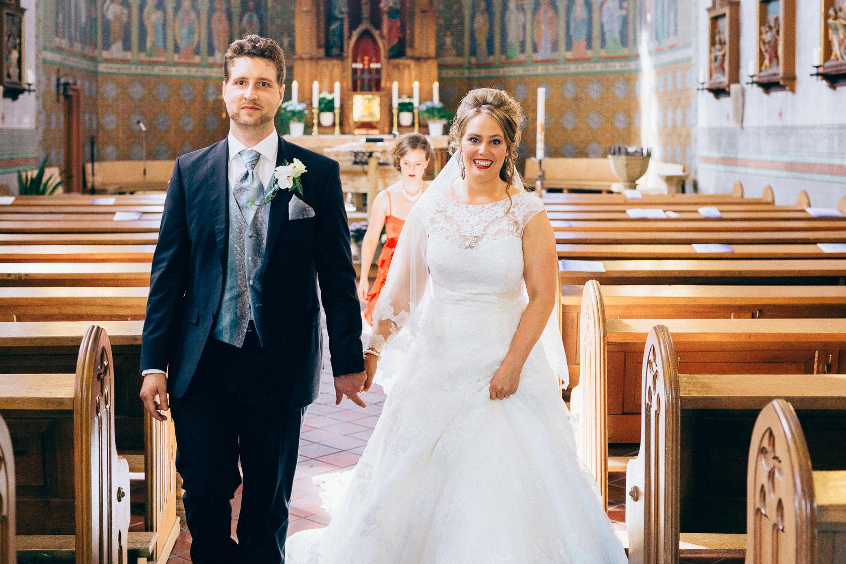 Blauweiße Hochzeit in Bad Kreuznach Auszug des Brautpaars nach der Hoc hzeit Gratulation durch die Gäste
