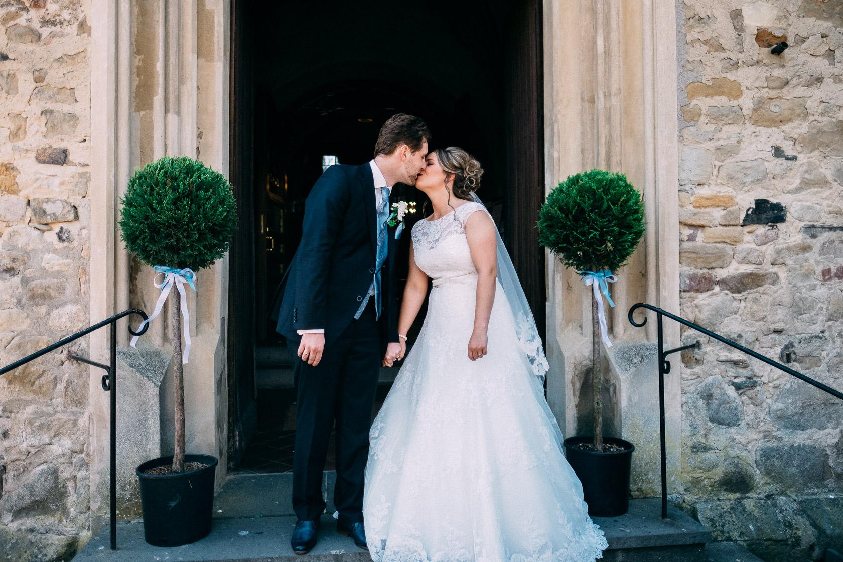 Blauweiße Hochzeit in Bad Kreuznach Auszug des Brautpaars nach der Hochzeit Gratulation durch die Gäste