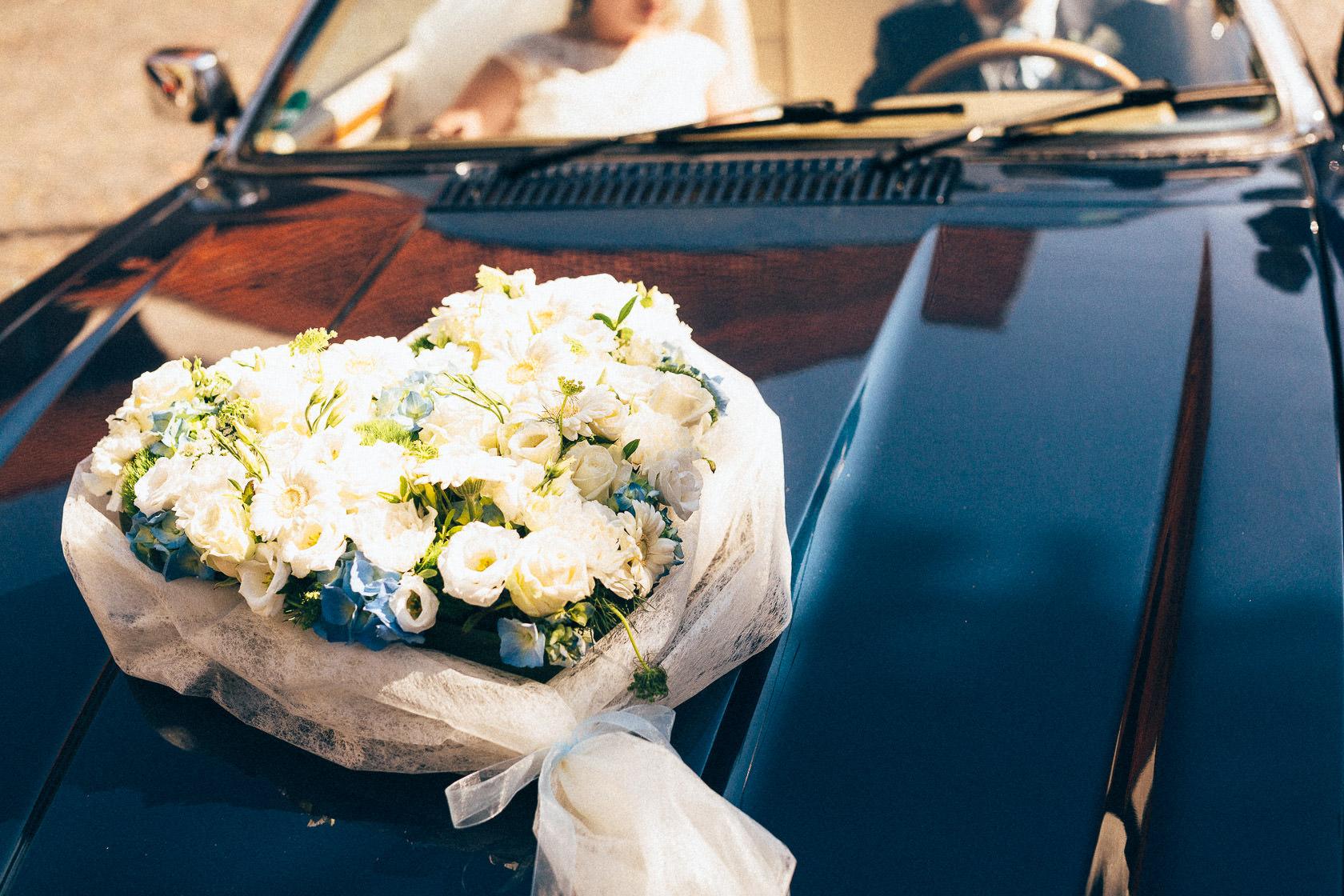 Blauweiße Hochzeit in Bad Kreuznach Blumenschmuck der Firma Rehner auf dem Auto