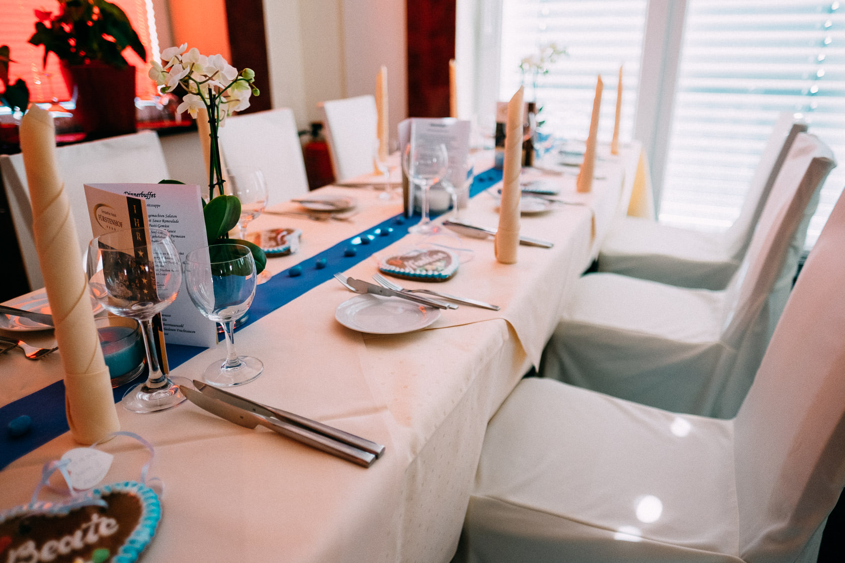 Blauweiße Hochzeit in Bad Kreuznach Dekoration im Sympathie Hotel Fürstenhof