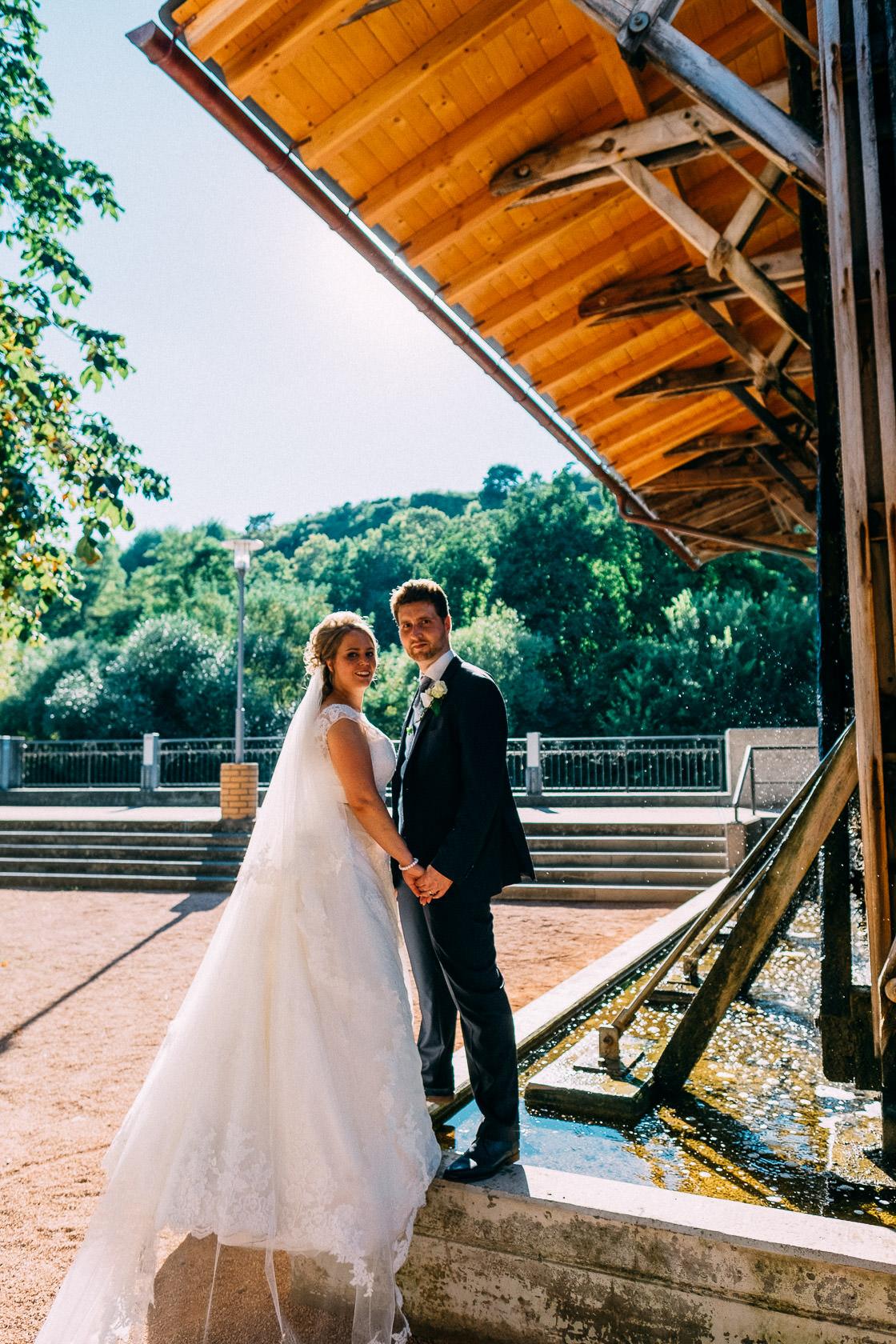 Blauweiße Hochzeit in Bad Kreuznach Paarfotos im Kurpark Salinen Salinetal Hochzeitsfotos Brautfotos