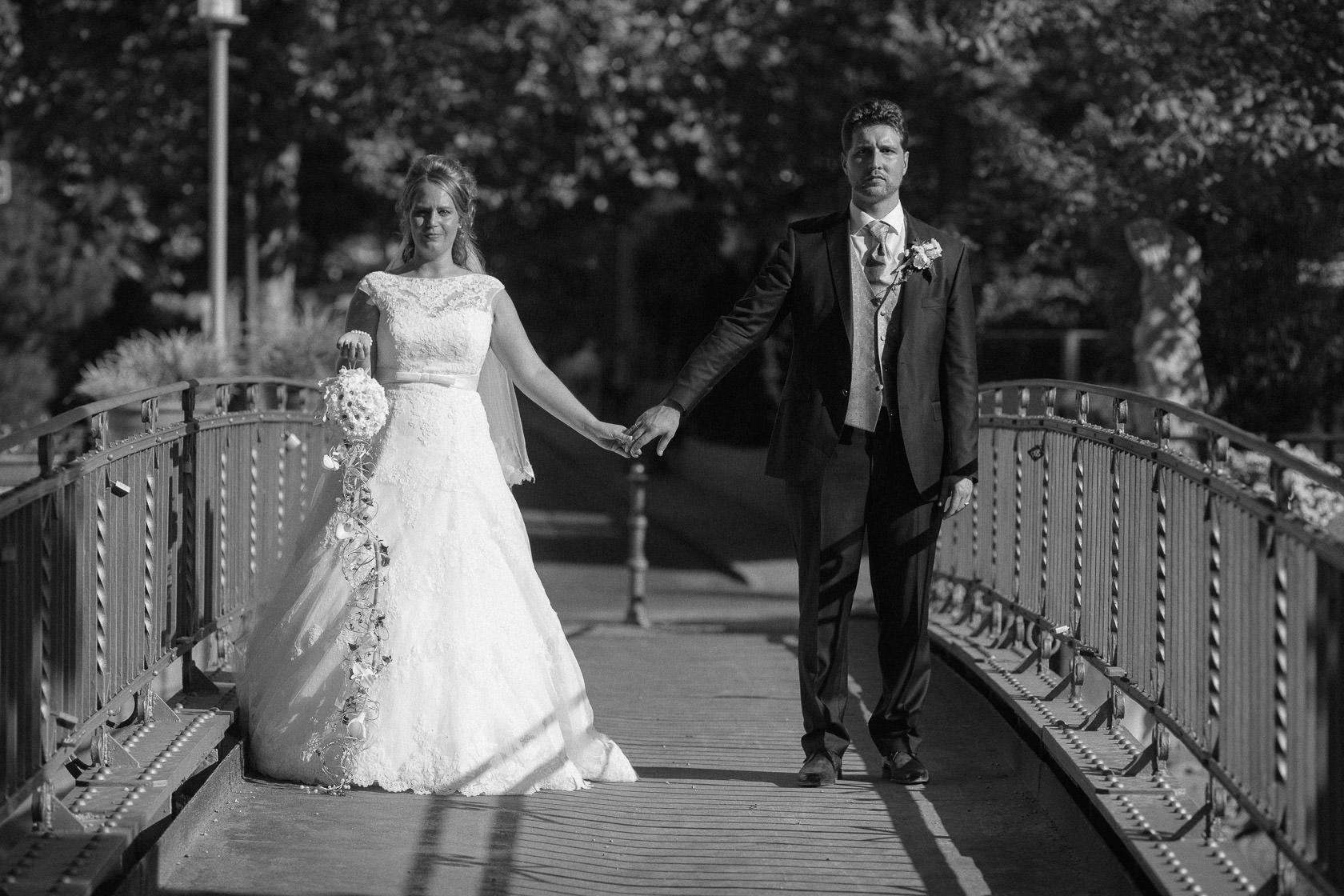 Blauweiße Hochzeit in Bad Kreuznach Paarfotos im Kurpark
