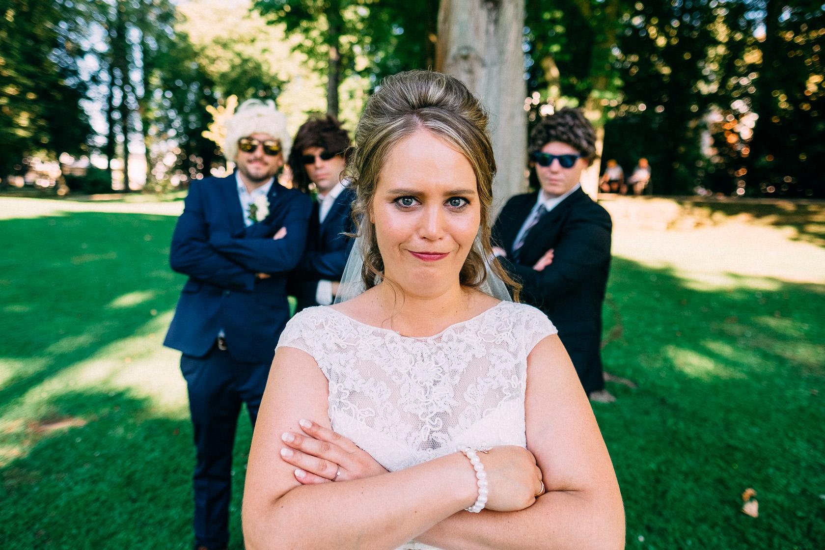 Blauweiße Hochzeit in Bad Kreuznach Paarfotos im Kurpark Hochzeitsfoto crash crashen Freunde Friends