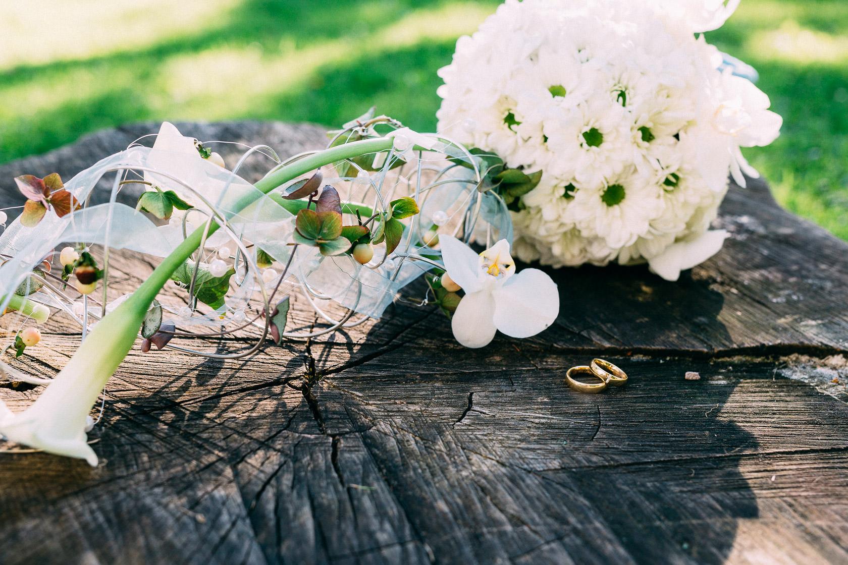 Blauweiße Hochzeit in Bad Kreuznach Paarfotos im Kurpark Details Ringe und Brautstrauß Gold Ehering