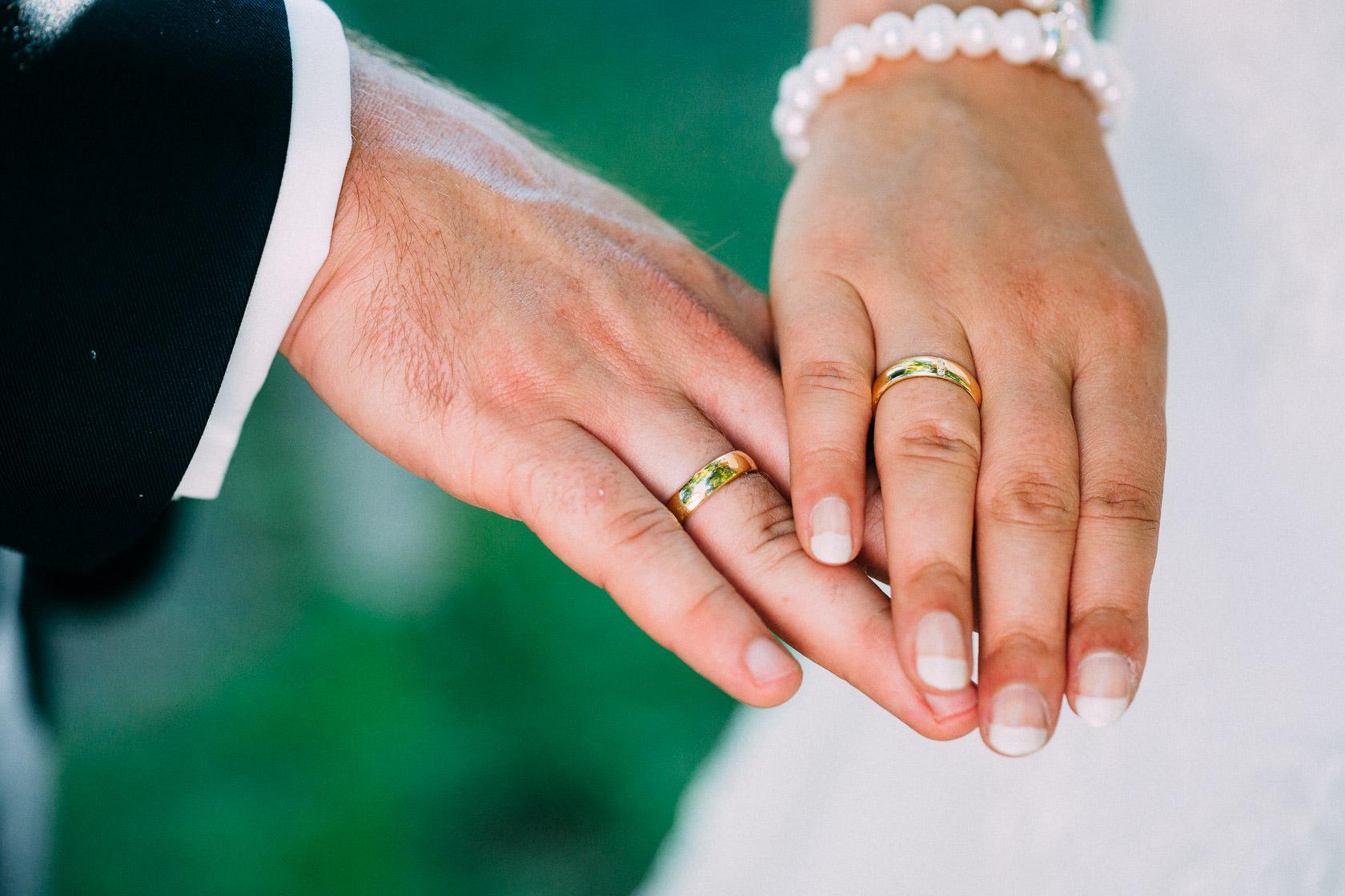 Blauweiße Hochzeit in Bad Kreuznach Paarfotos im Kurpark Details Bräutigam Blumenschmuck und Ringe