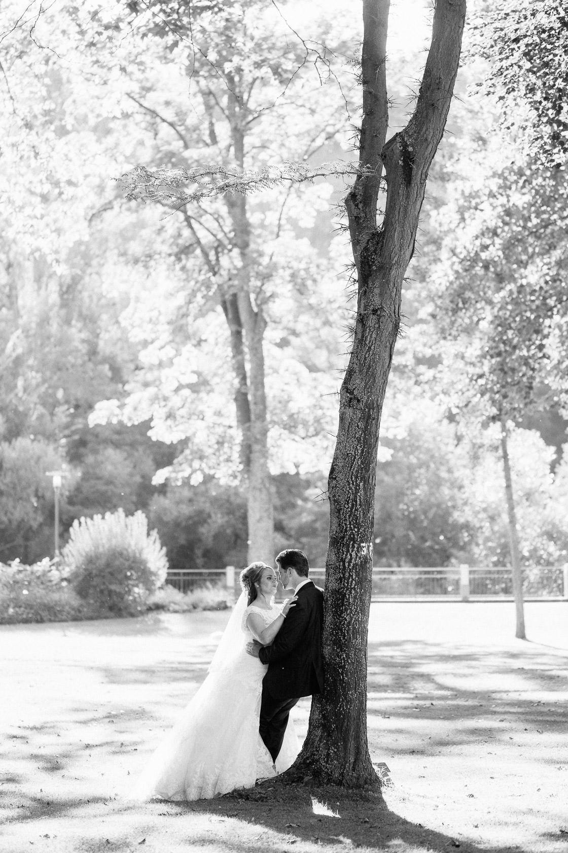 Blauweiße Hochzeit in Bad Kreuznach Paarfotos im Kurpark Paarfotos im Gegenlicht Hochzeitsfotos Sonnenuntergang Park