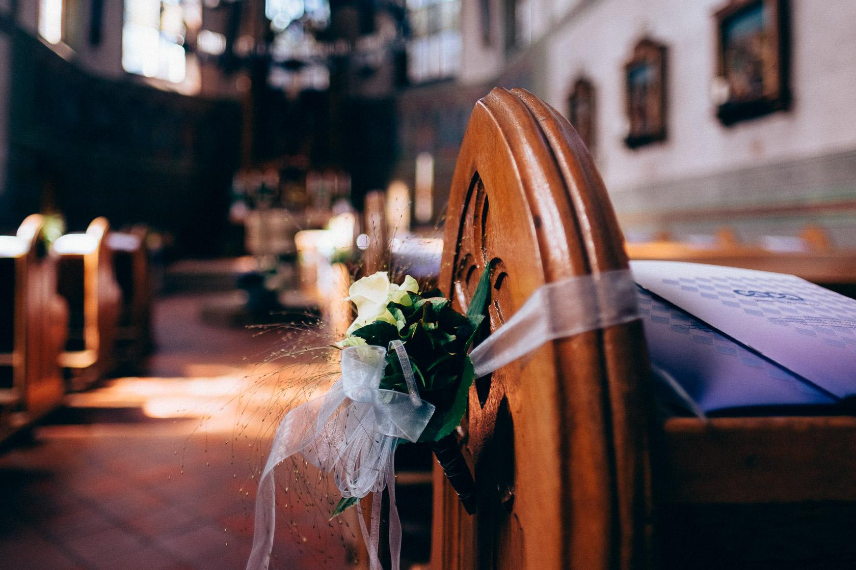 Blauweiße Hochzeit in Bad Kreuznach Kirche Norheim an der Nahe Details Blumenschmuck Stimmung Mood