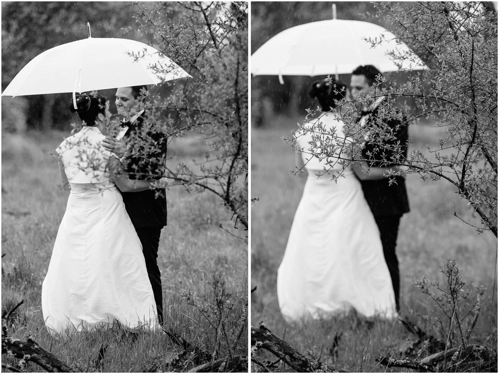 Brautpaar Shoot im Regen Hochzeitsfotos bei Regen Weißer Regenschirm