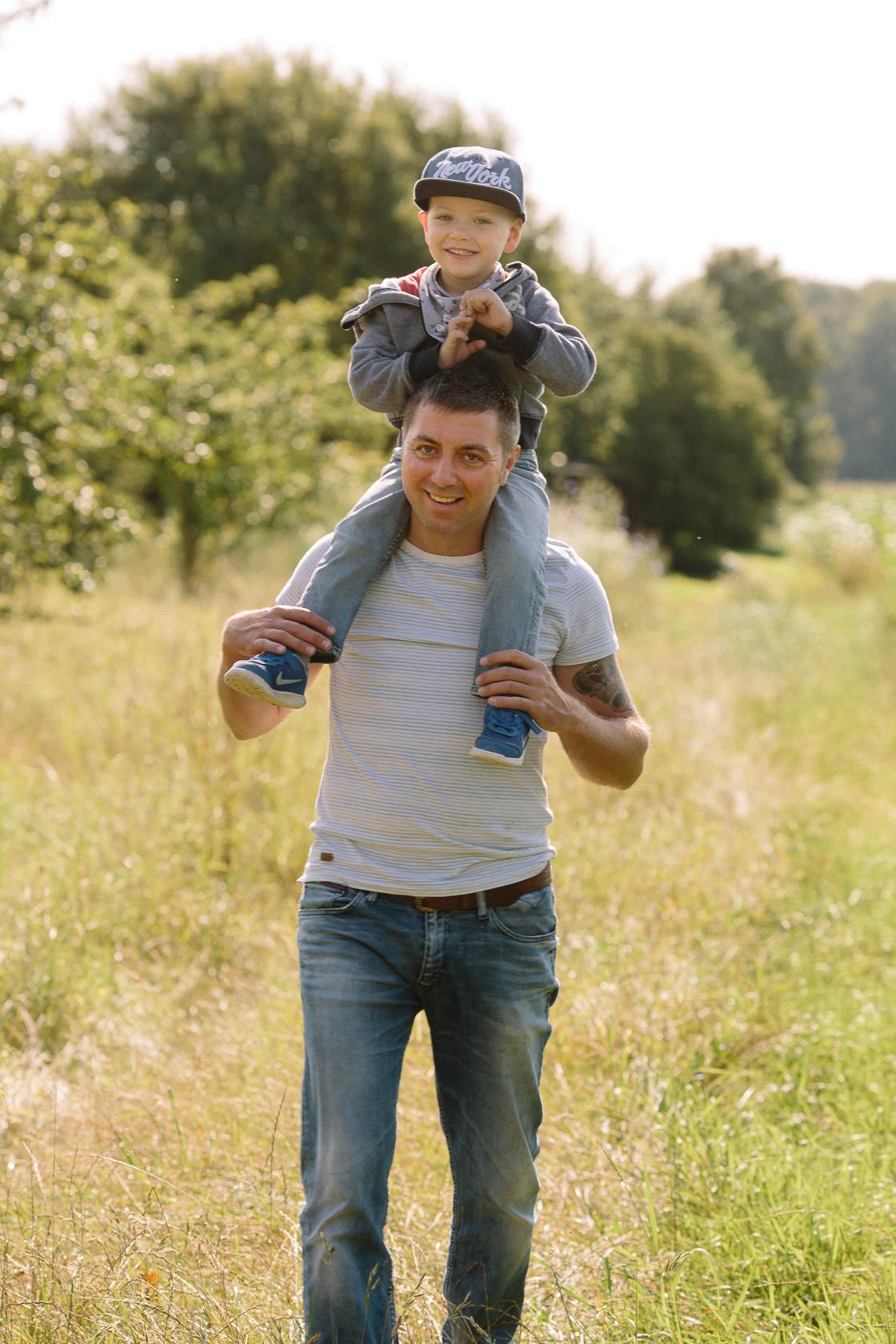 Entspannte Familienfotos mit Hund Ungestellte Familienfotos Familienportraits Familienfotoshooting Familienbilder mit Kind Laufrad Ungestellt Natürlich