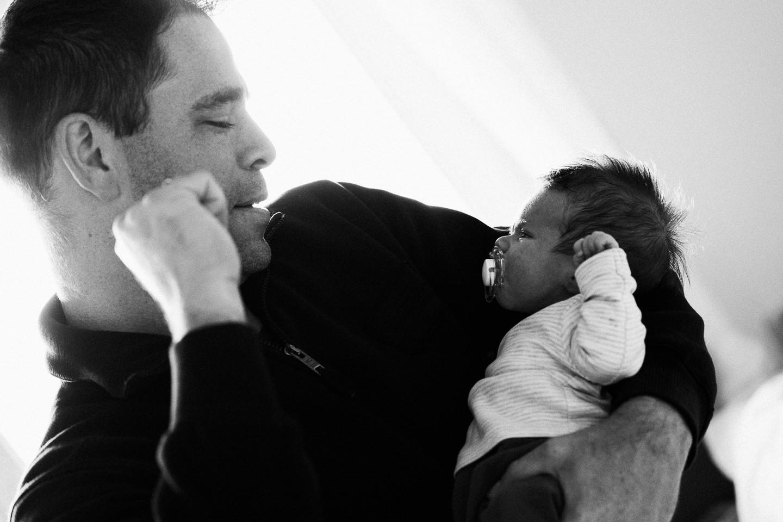 Familienfotograf Karlsruhe Homestory Newborn Fotoshooting Natuerliche Fotografie Echtes Leben Echte Fotografie Neugeborenenfotografie
