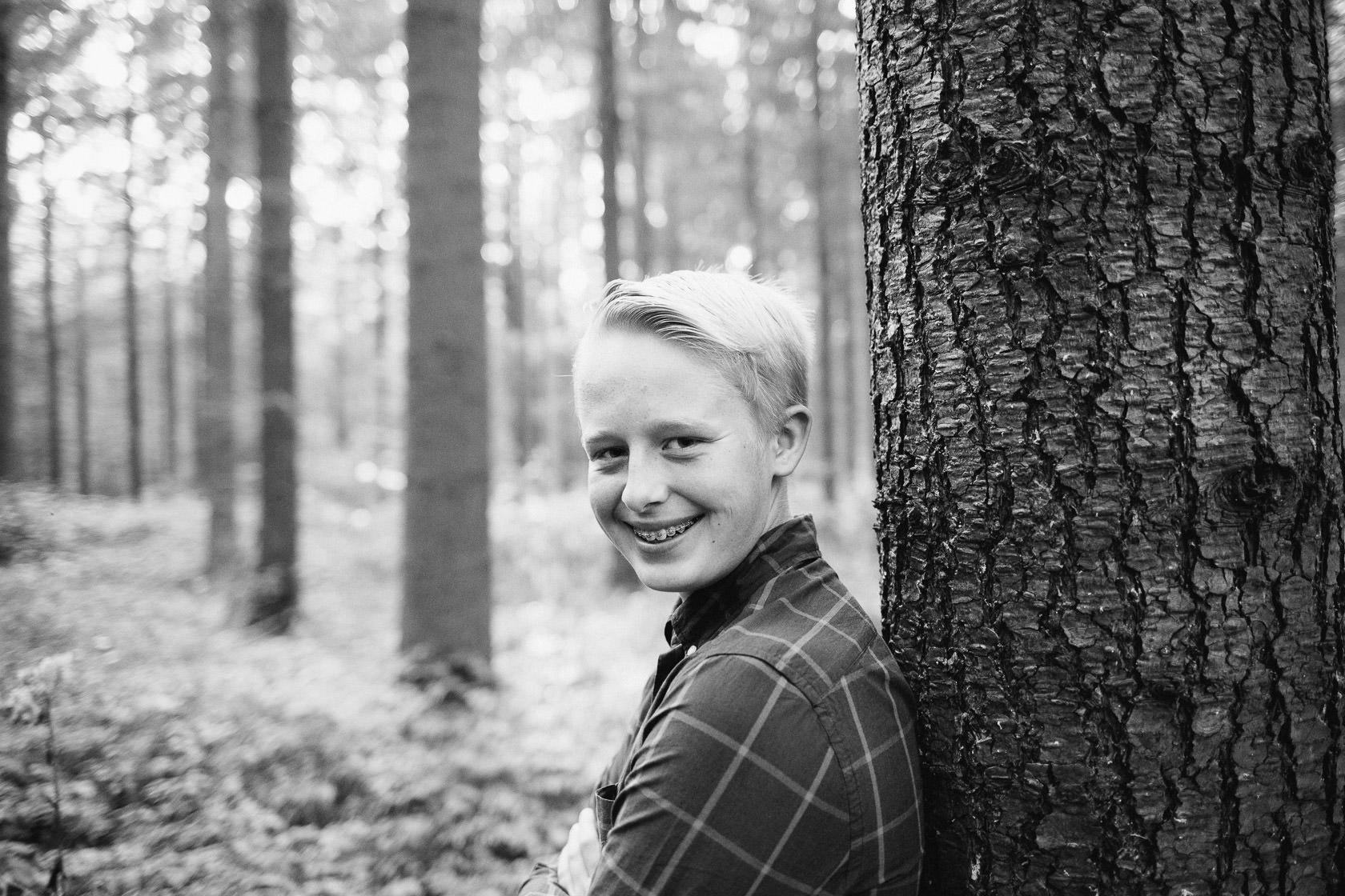 Familienfotos im Herbst in Waghäusel Familie Anders SW Schwarzweiss Blackandwhite Wald Herbstlaub