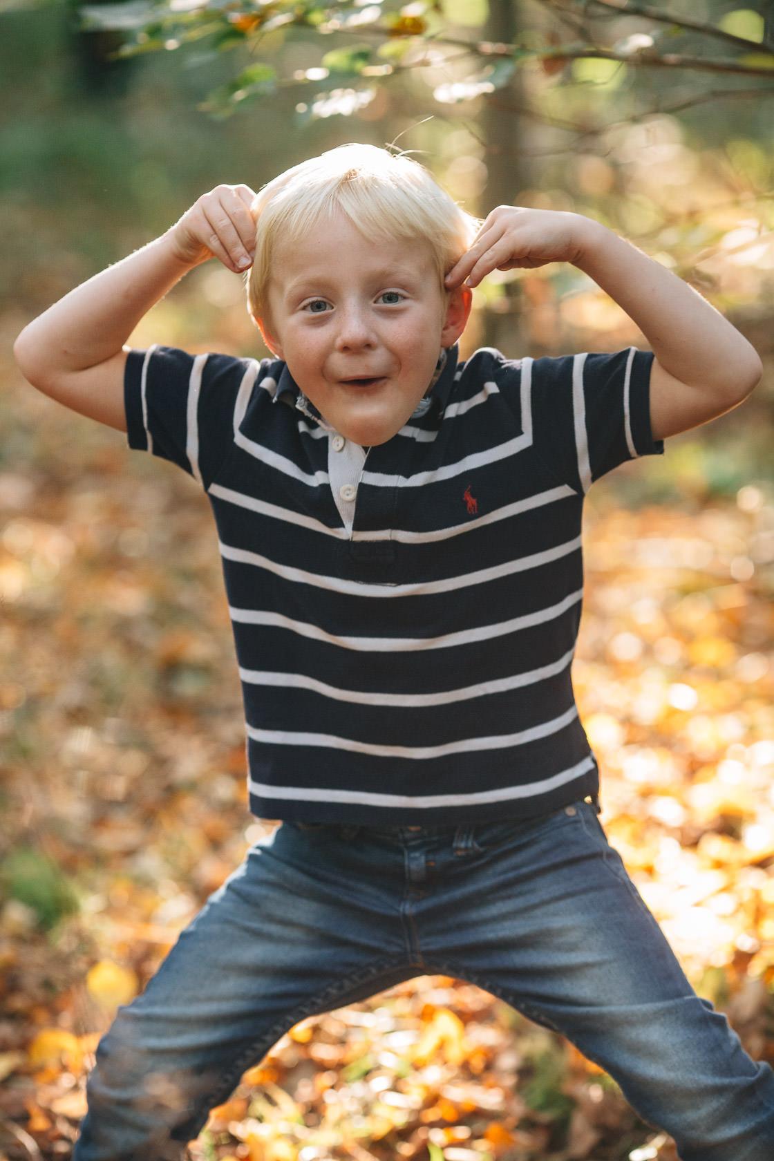 Familienfotos im Herbst in Waghäusel Familie Anders Herbstlaub Gegenlicht Quatsch Spaß