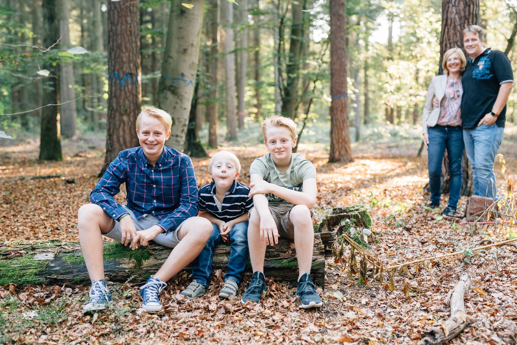 Familienfotos im Herbst in Waghäusel Familie Anders Geschwister Brüder Baumstamm Gegenlicht Herbstwald Wald