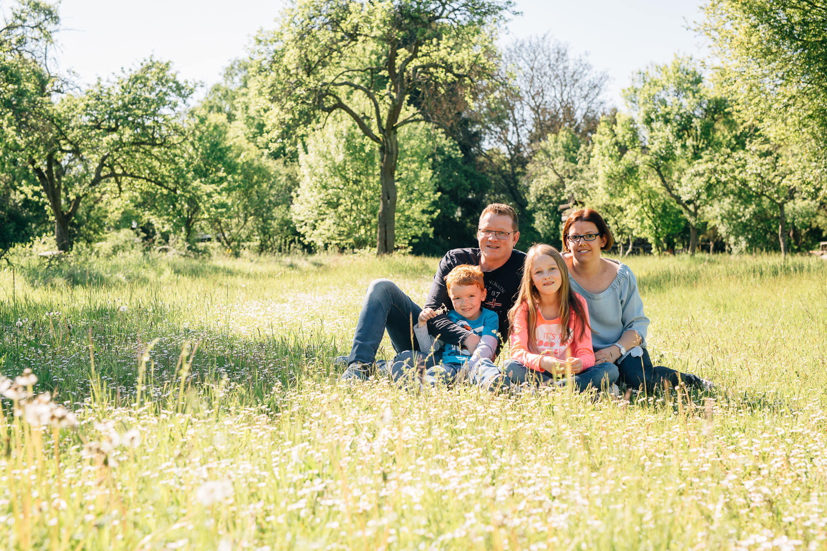 Familienfotos in der Natur Familienfotograf Karlsruhe Sommerfotos Pusteblumen Familienfotografie Fotograf