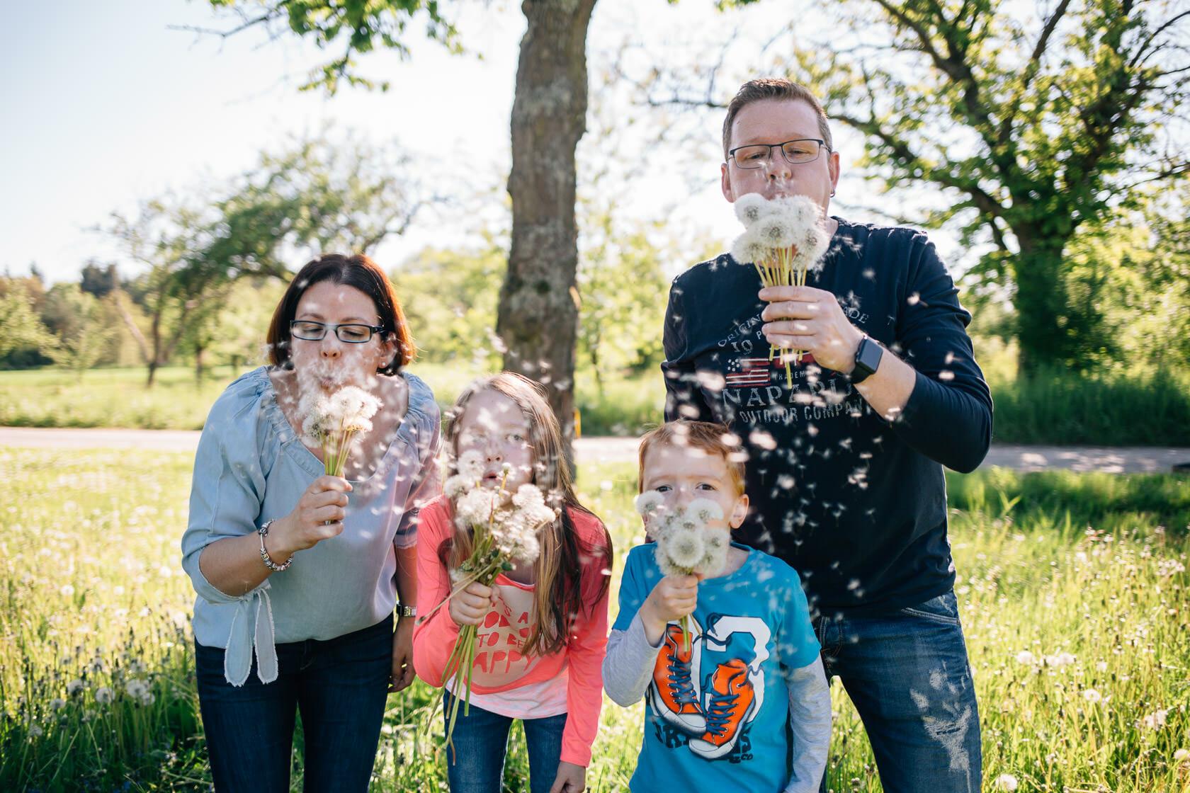 Familienfotos in der Natur Familienfotografie Karlsruhe Sommerfotos Pusteblumen Familienfotografie Fotograf