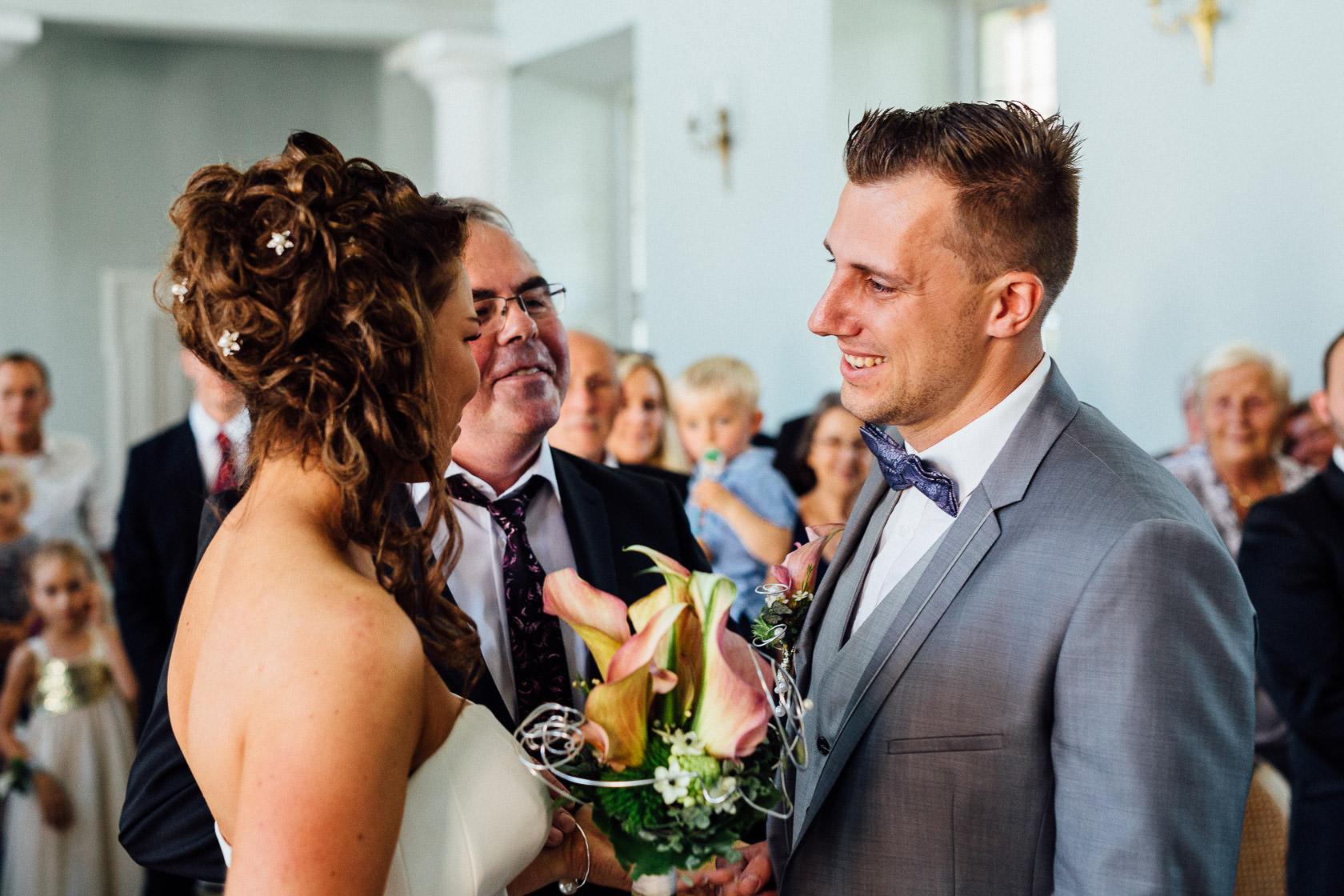 Freie Trauung Jenny und Mathias im Schloss Schwetzingen Übergabe der Braut vom Vater