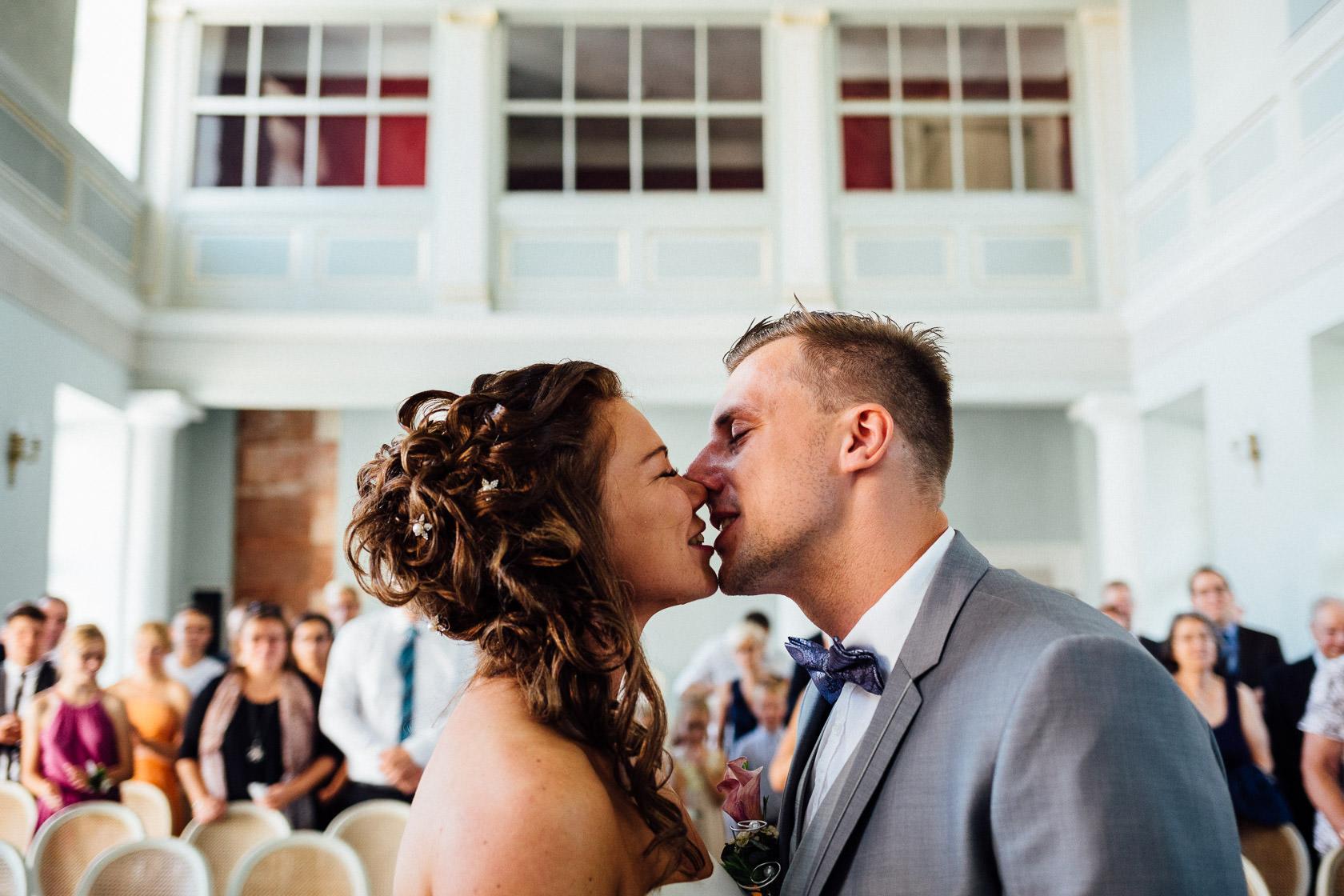 Freie Trauung Jenny und Mathias im Schloss Schwetzingen Kuss des Brautpaars