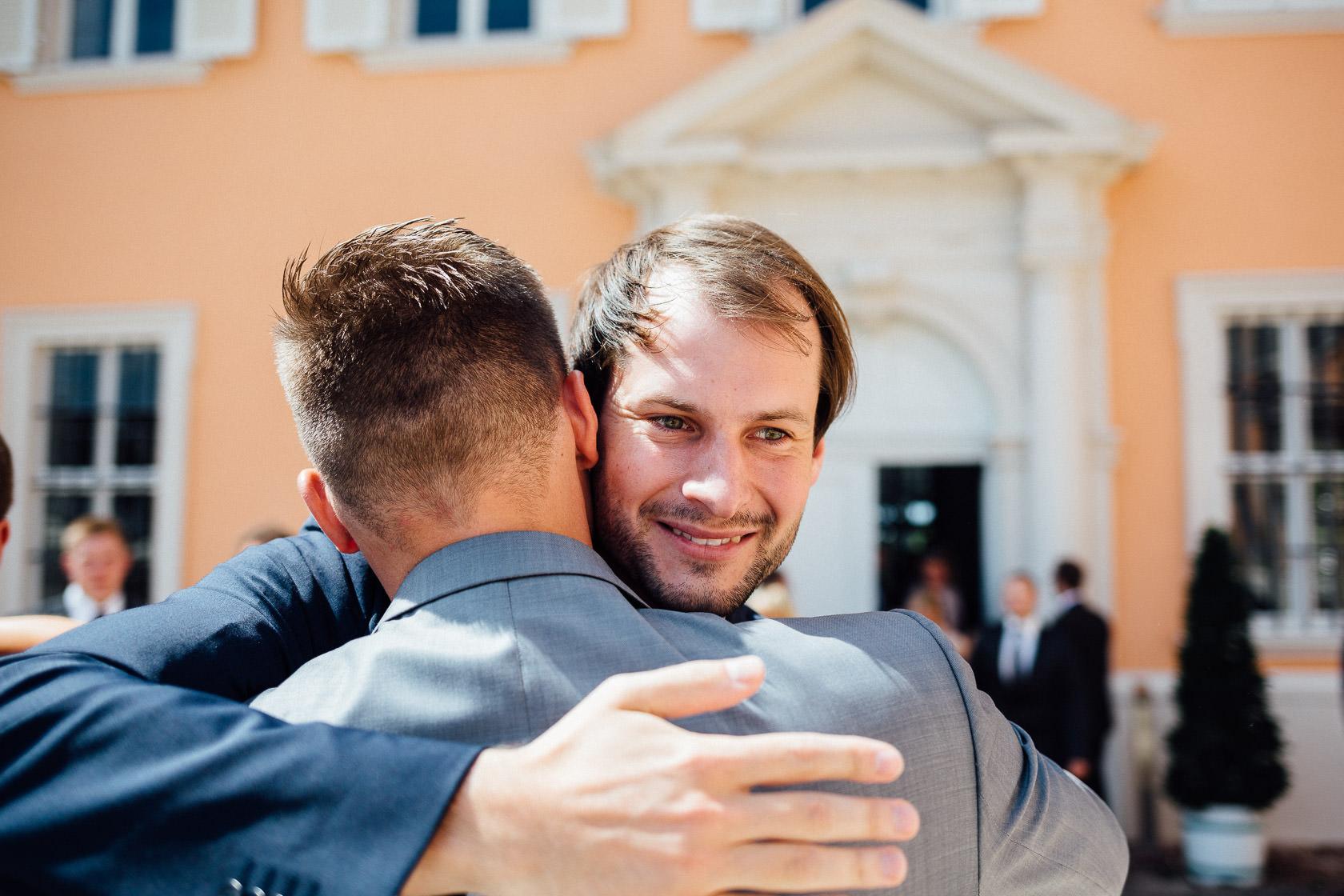 Freie Trauung Jenny und Mathias im Schloss Schwetzingen Gratulationen vor der Kapelle