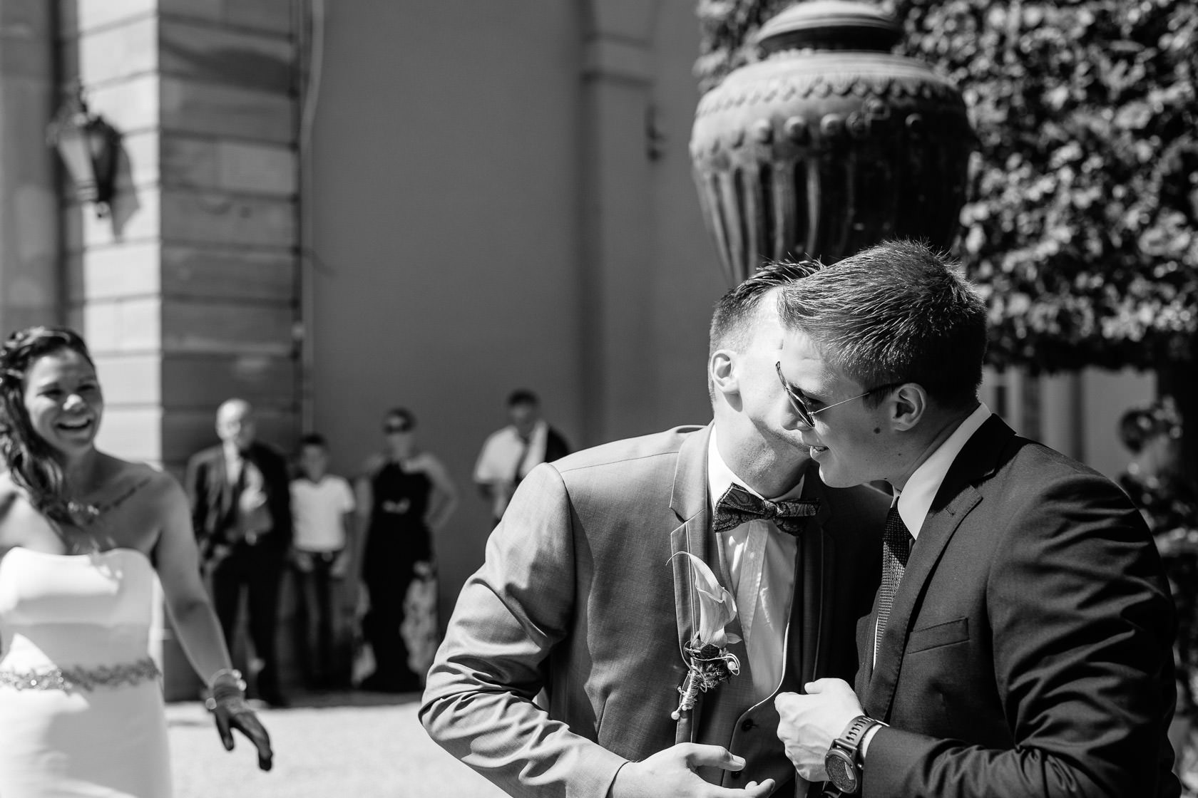 Freie Trauung Jenny und Mathias im Schloss Schwetzingen Brautpaar zersägt Baumstamm