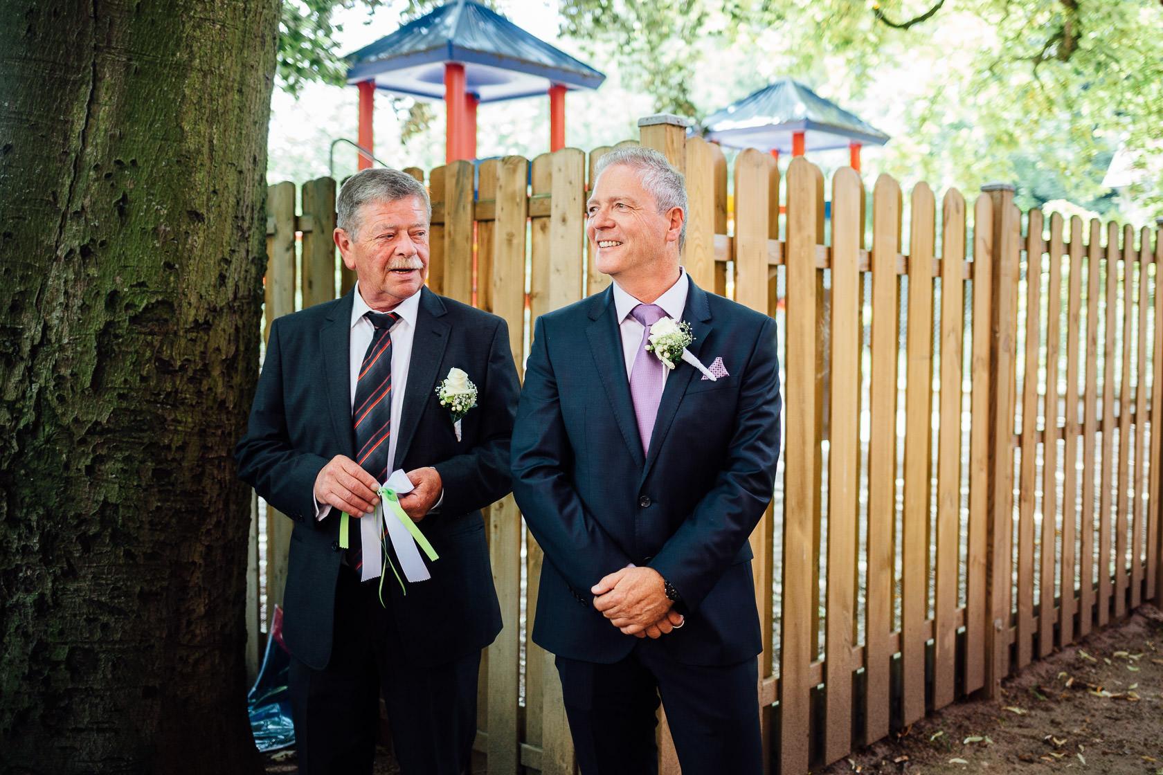 Gratulationen vor der Pauluskirsche nach der Hochzeit