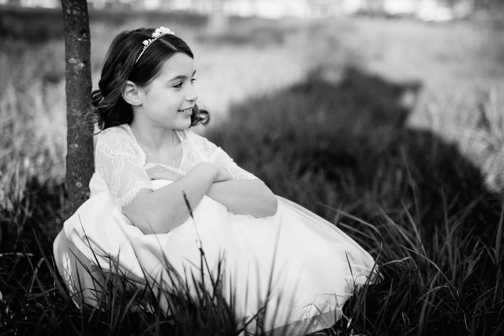 Entspannte Kommunionbilder in der Natur bei Philippsburg Kommunionkind weißes Kleid Obstwiese mit Blumen Frühlingswiese
