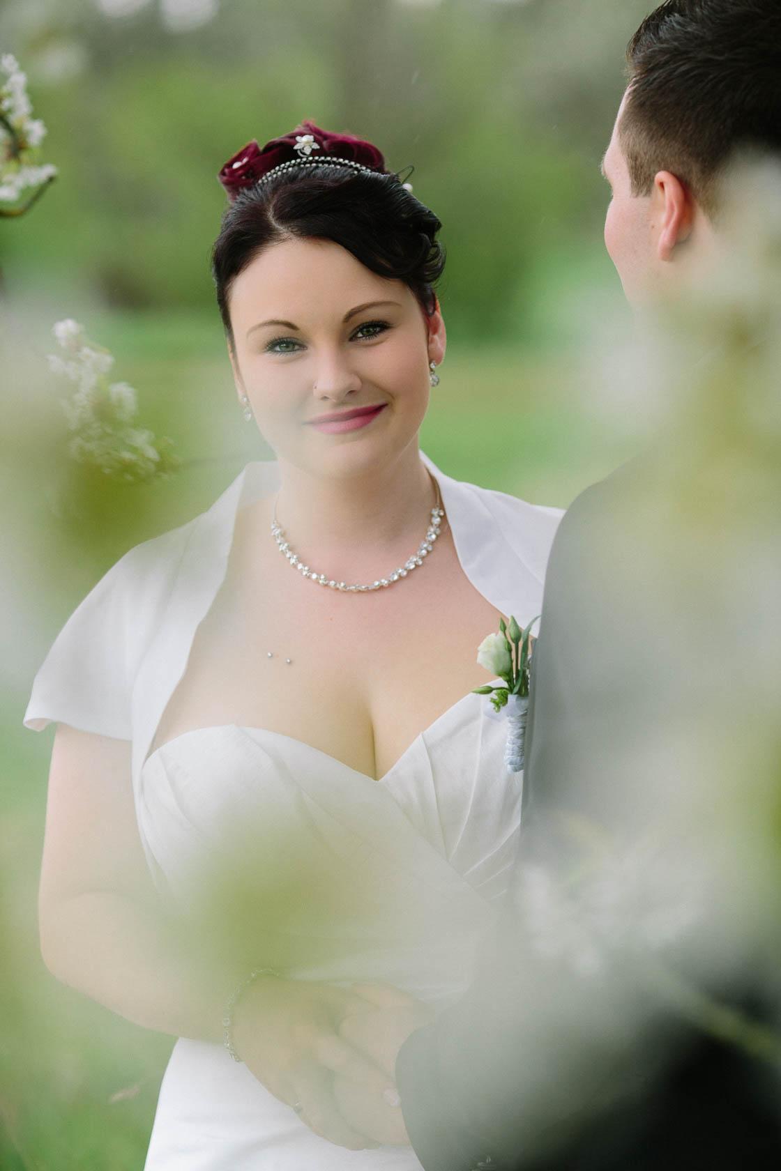 Brautpaar Shoot mit Kirschblüten Hochzeitsfotos mit Kirschblüten im Frühling