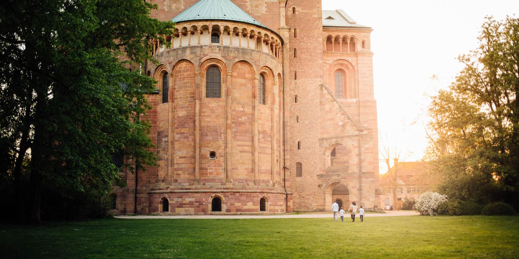 Authentische Familienfotos in Speyer vor dem Speyrer Dom